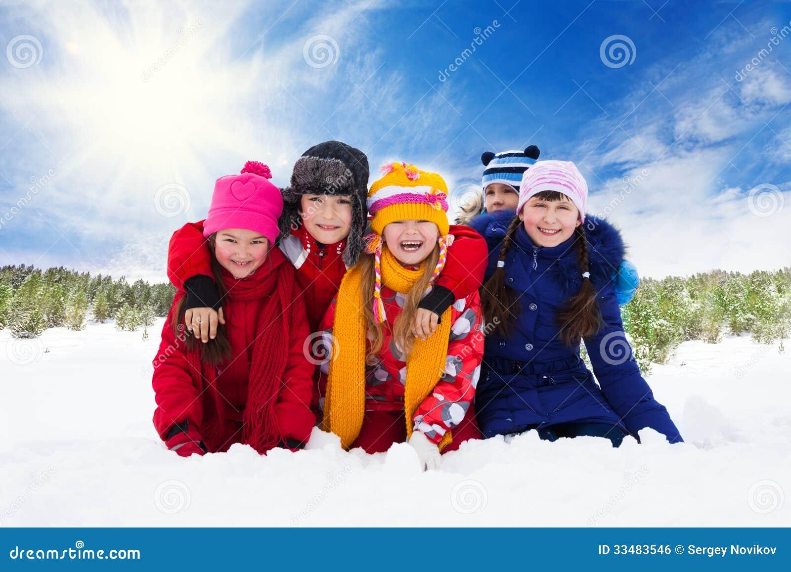 Cinque bambini di risata felici, inverno