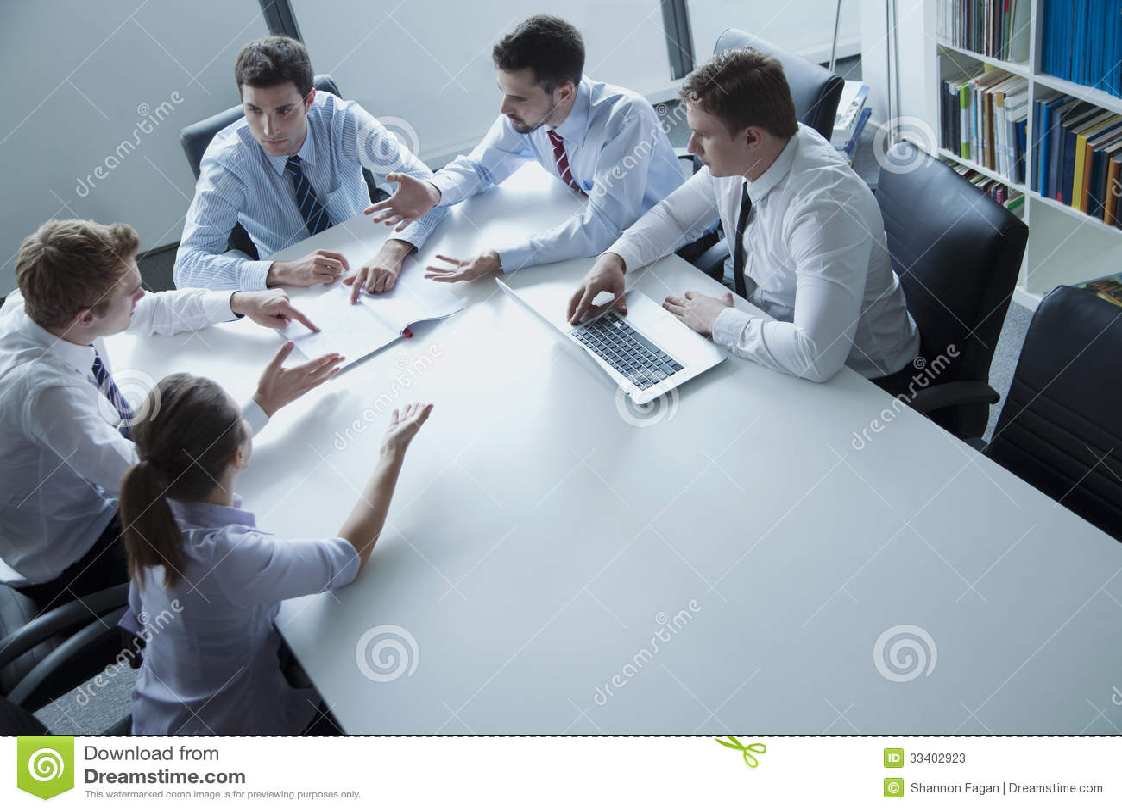 Cinque genti di affari che hanno una riunione d affari alla tavola nell ufficio