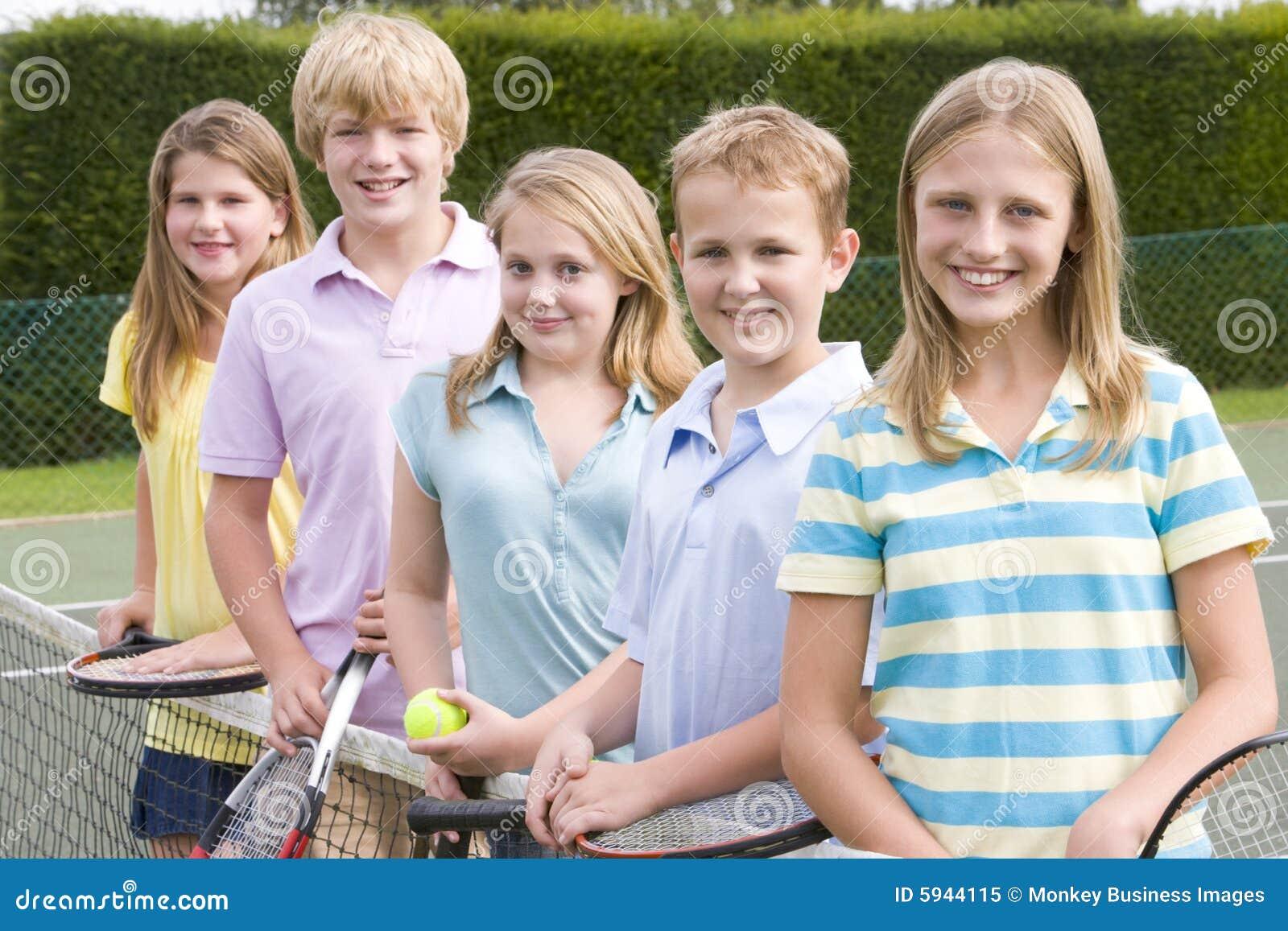 Cinque giovani amici sulla corte di tennis