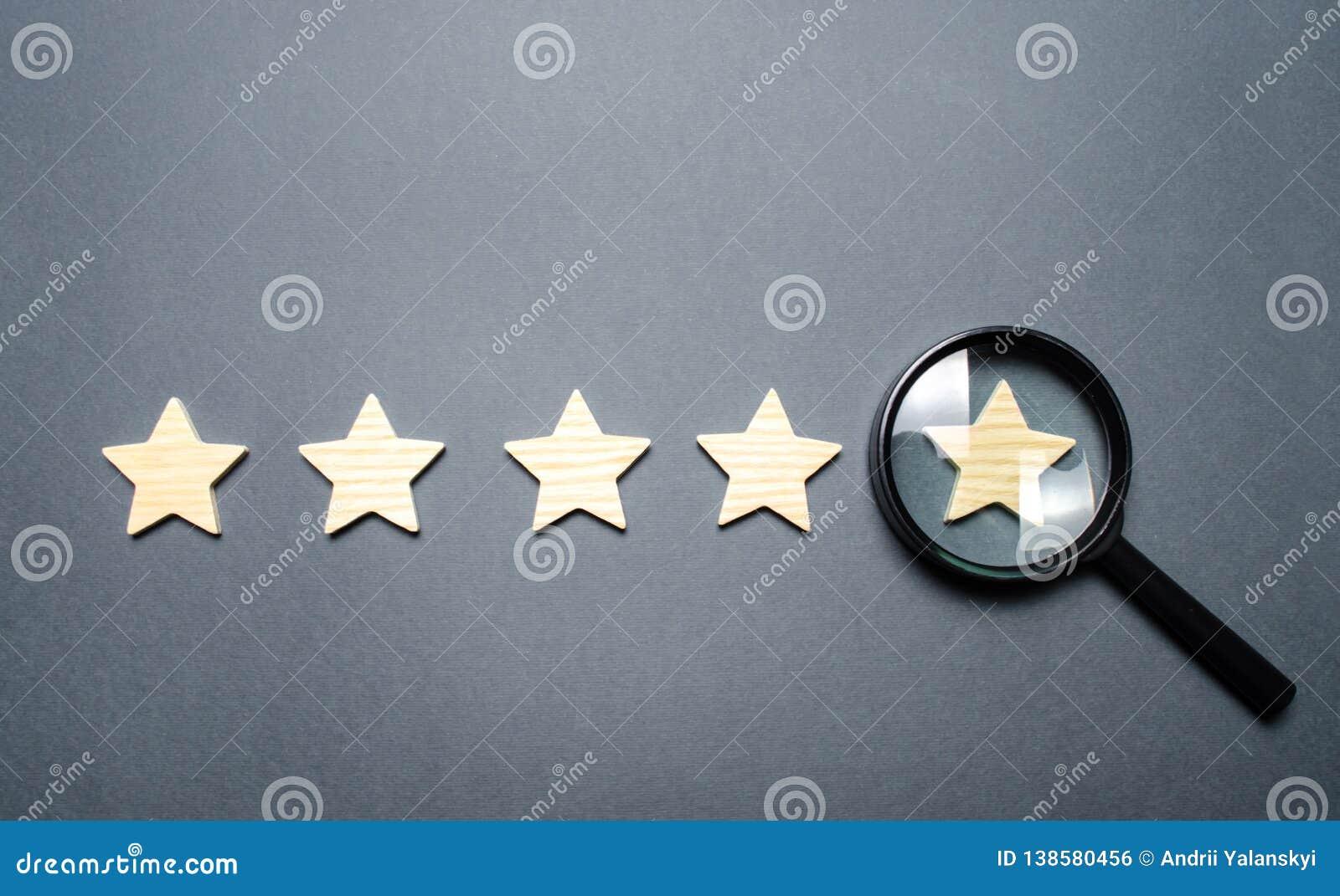 Cinque stelle e una lente d ingrandimento sull ultima stella Controlli la credibilità della valutazione o dello stato dell istitu