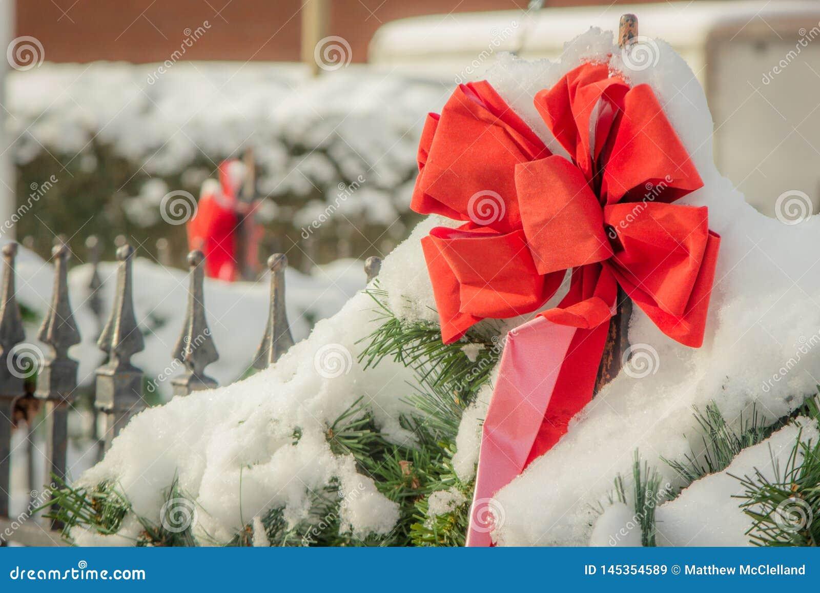 Cinta roja de la Navidad en la nieve