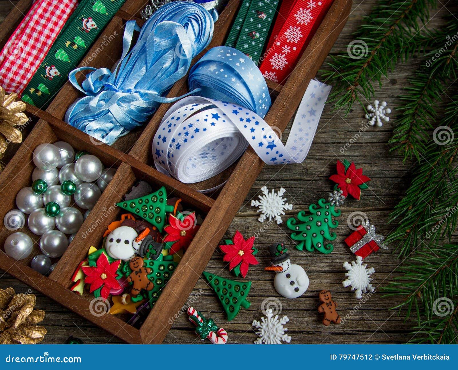 Cintas, gotas, juguetes, artes de la Navidad en una caja de madera