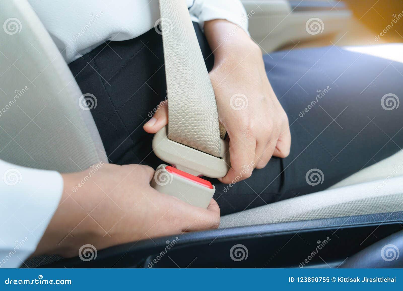 Cinto de segurança da asseguração da mulher de negócios no carro antes de conduzir