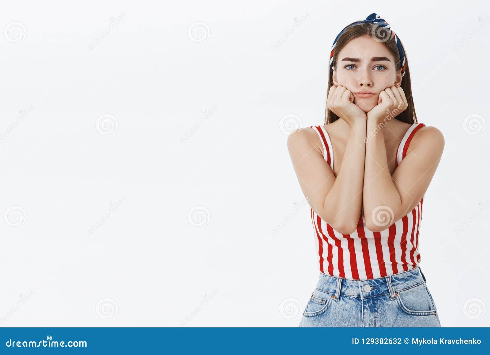 A cintura-acima disparou da mulher europeia encantador e à moda temperamental e só em parte superior listrada e na cabeça de incl
