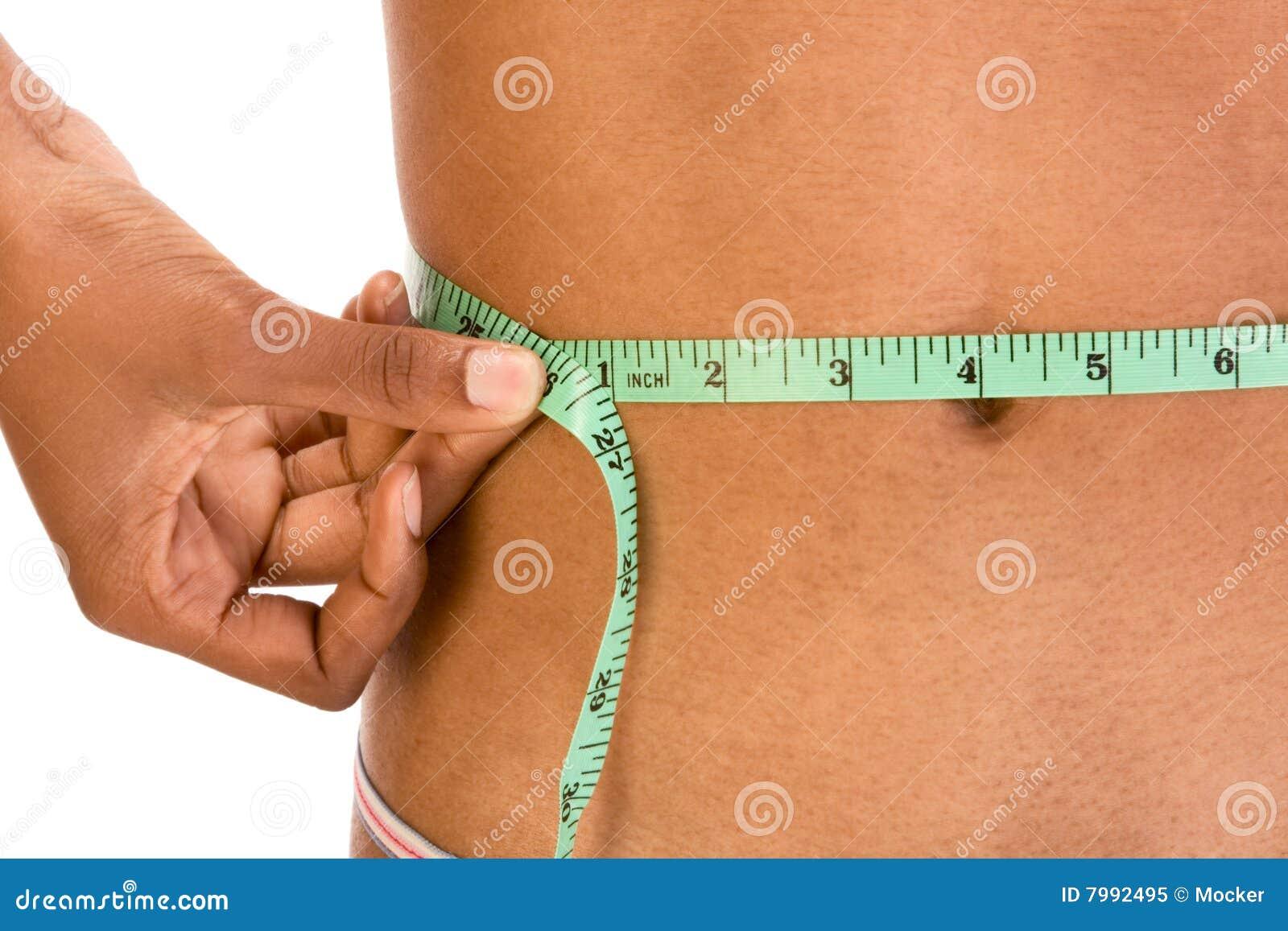 Cintura de medición, cierre para arriba del abdomen étnico de la mujer