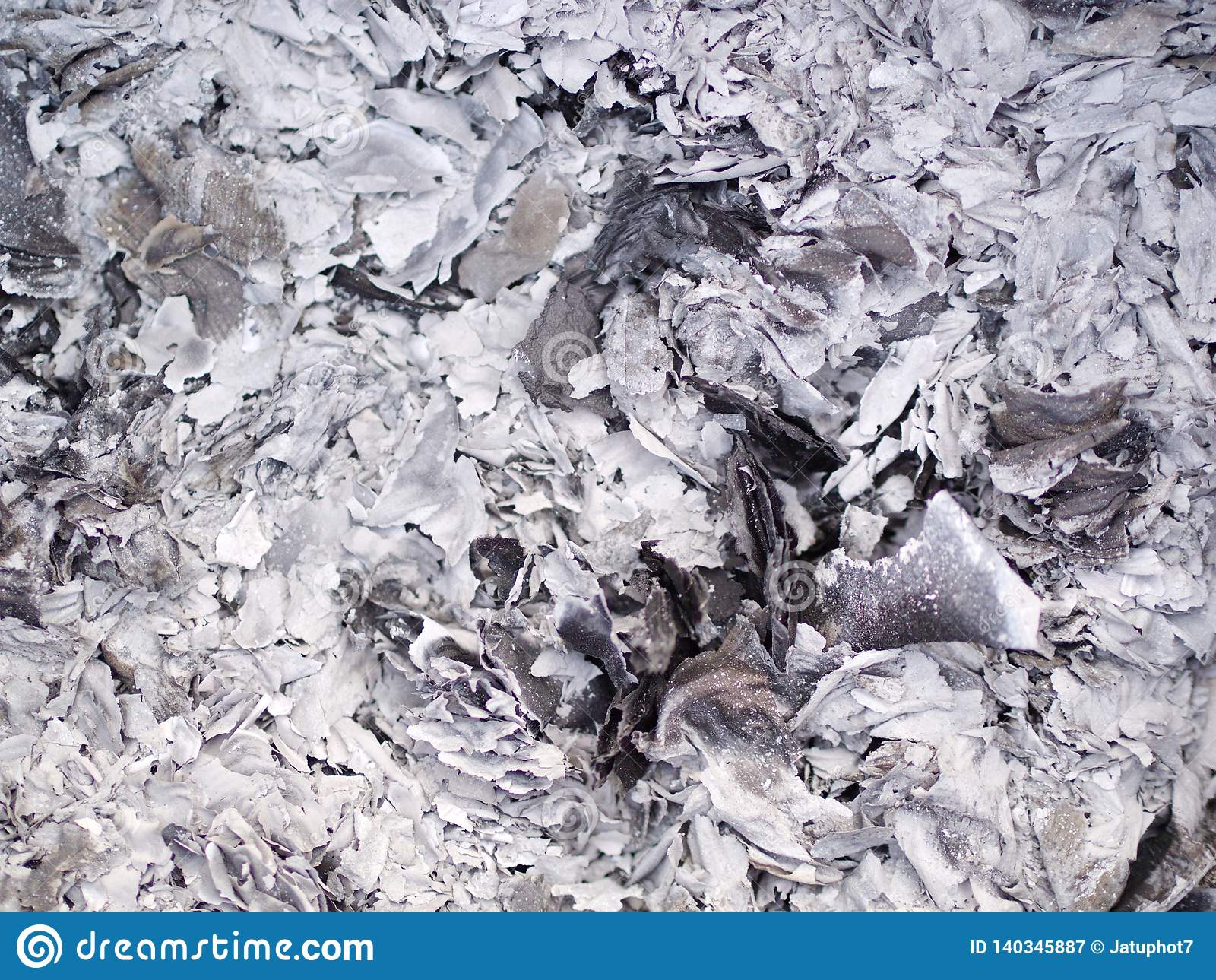 Cinzas e cinzas do papel do dinheiro do fantasma que queima-se para o antepassado no ano novo chinês