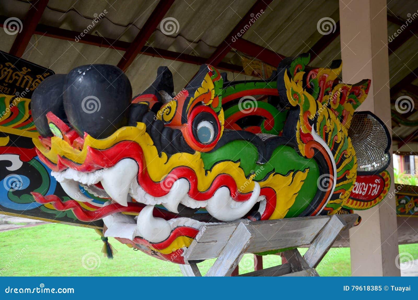 Cinzelando o dragão ou os naga coloridos de madeira instalam na cabeça da competência