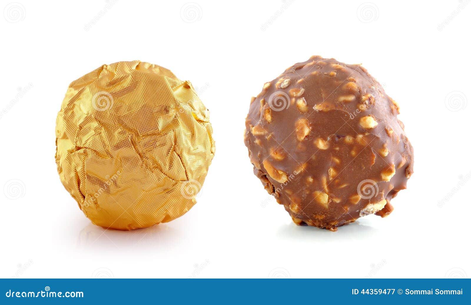 Cioccolato con la mandorla su fondo bianco