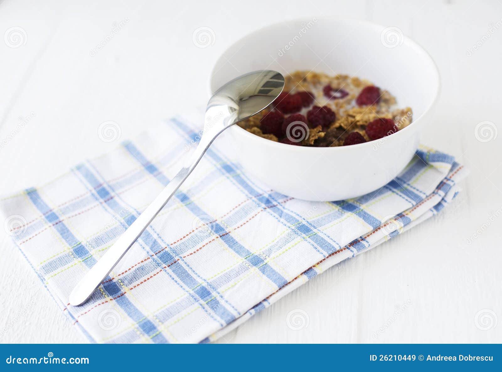 Ciotola con i cereali ed i lamponi