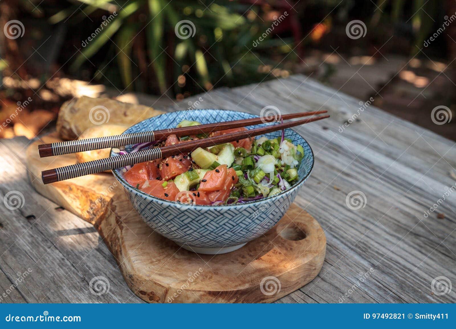 Ciotola di color salmone cruda del colpo con riso