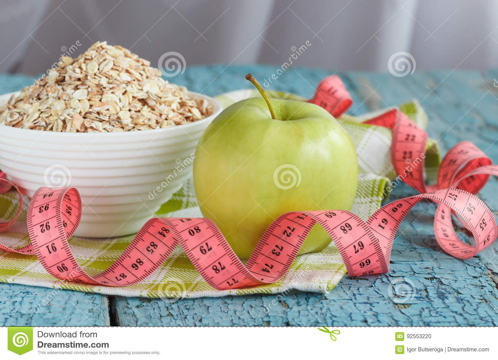 Ciotola di farina d avena, di mela verde e di misurazione del nastro