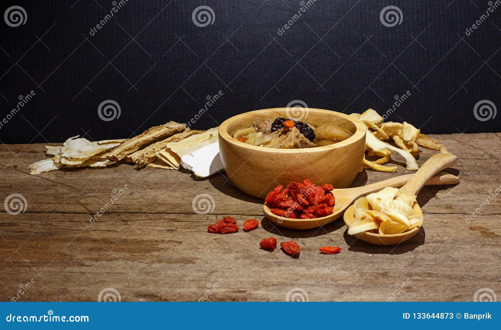 Ciotola di minestra cinese contro il nero