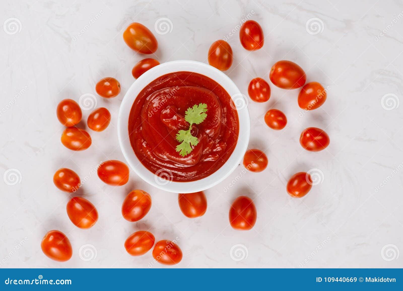 Ciotola di salsa al pomodoro o di ketchup, primo piano