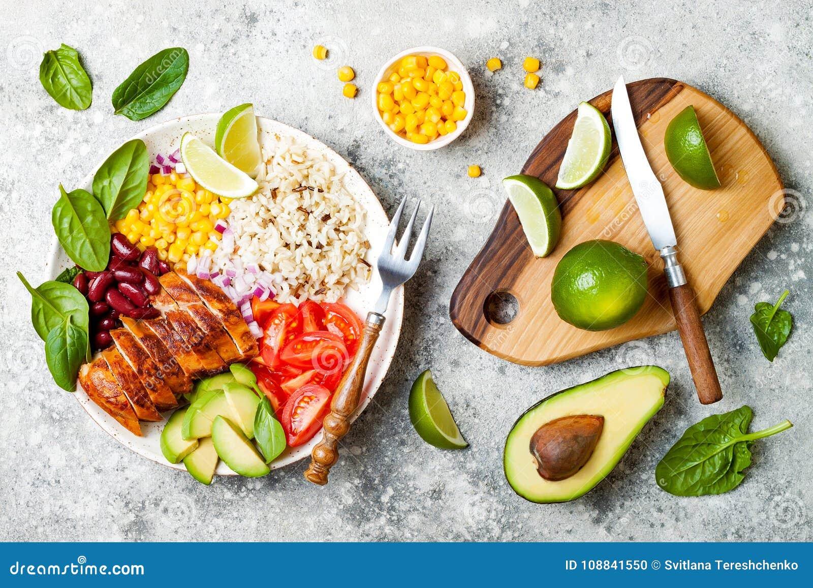 Ciotola messicana casalinga del burrito del pollo con riso, fagioli, cereale, pomodoro, avocado, spinaci Ciotola del pranzo dell