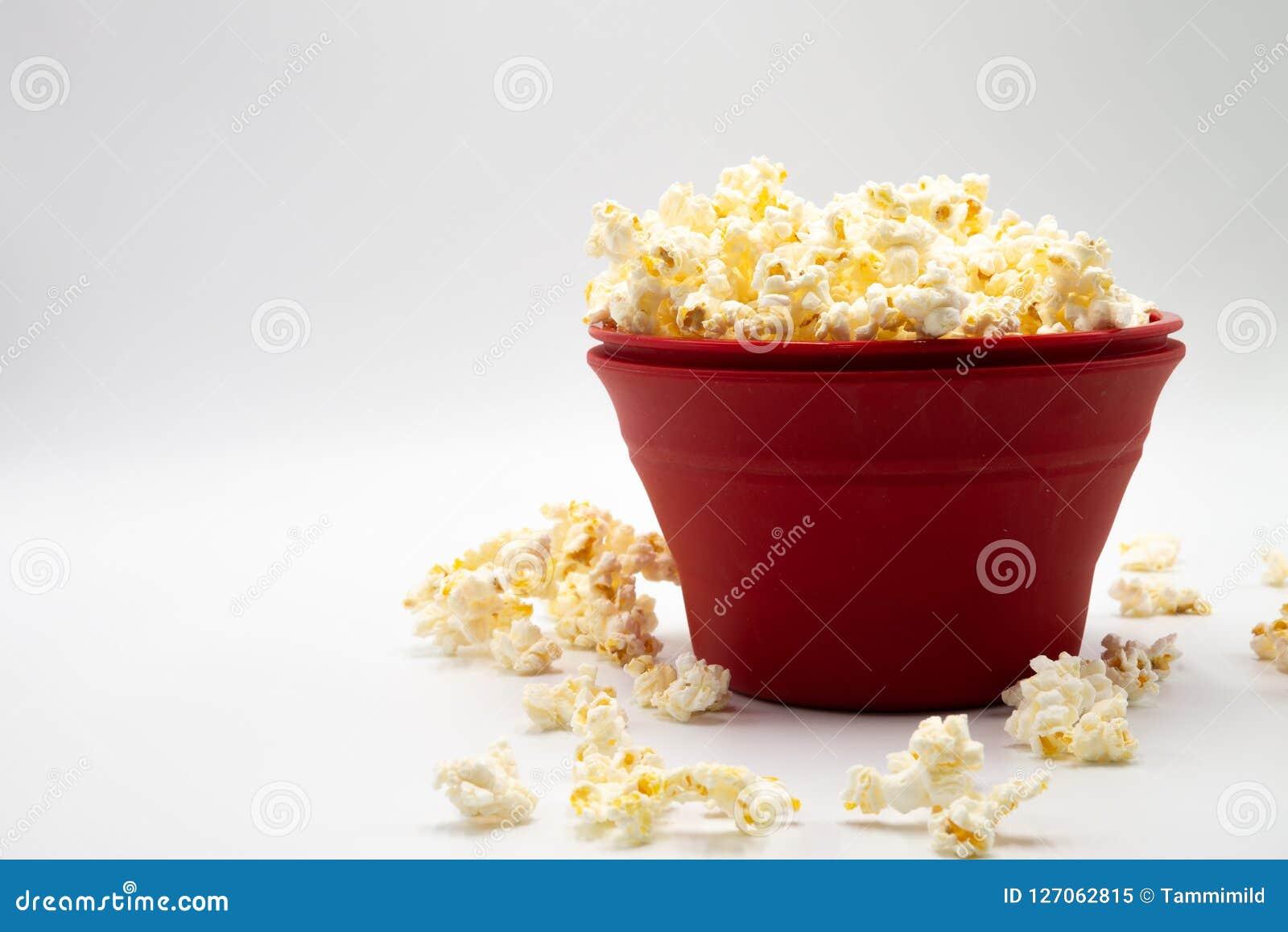 Ciotola rossa di popcorn Fotografia Stock Libera da Diritti