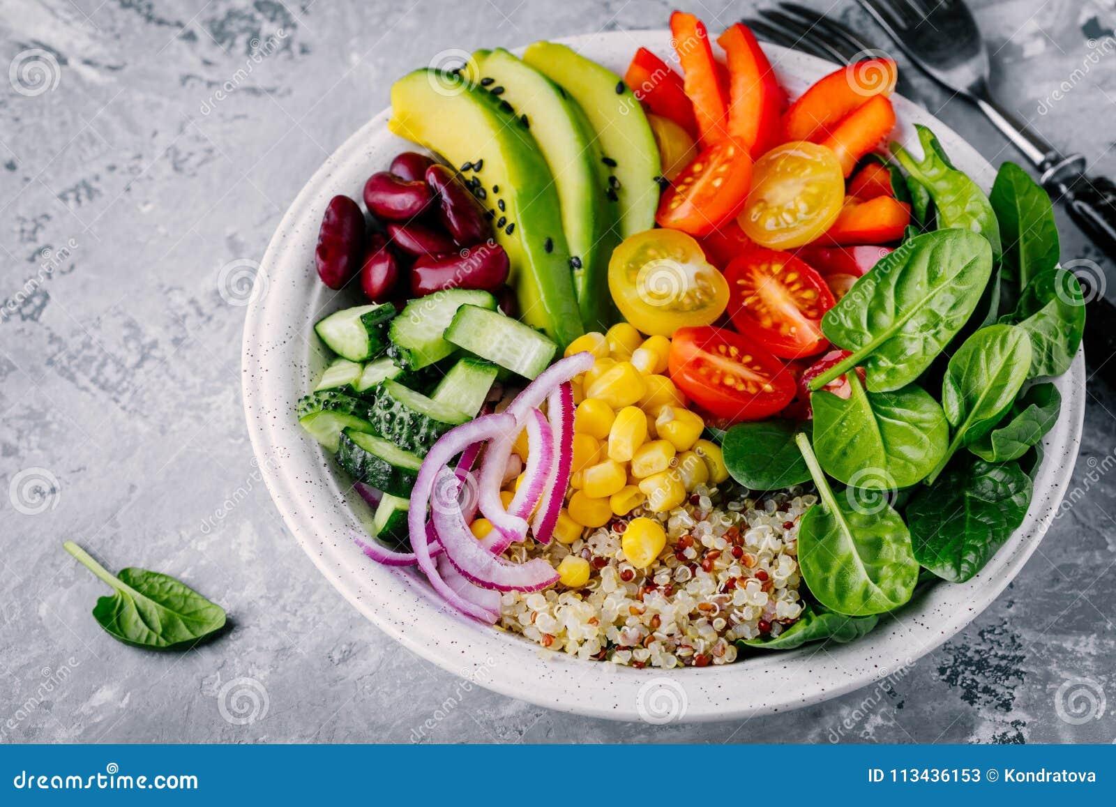 Ciotola sana di Buddha del pranzo del vegano Avocado, quinoa, pomodoro, cetriolo, fagioli rossi, spinaci, cipolla rossa ed insala