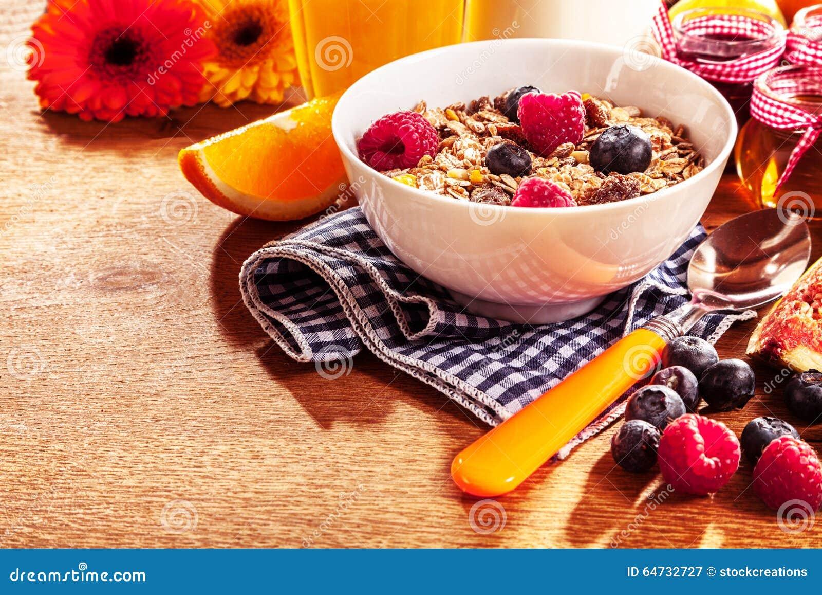 Ciotola sana di muesli e di bacche fresche