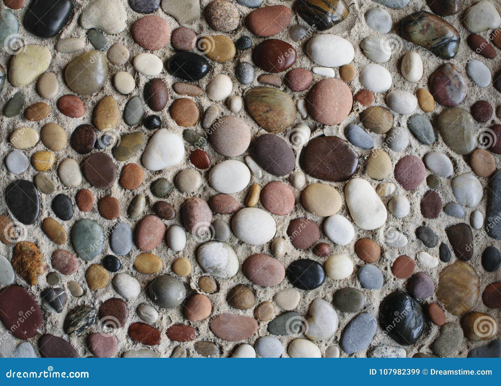 Ciottoli del mare nella sabbia