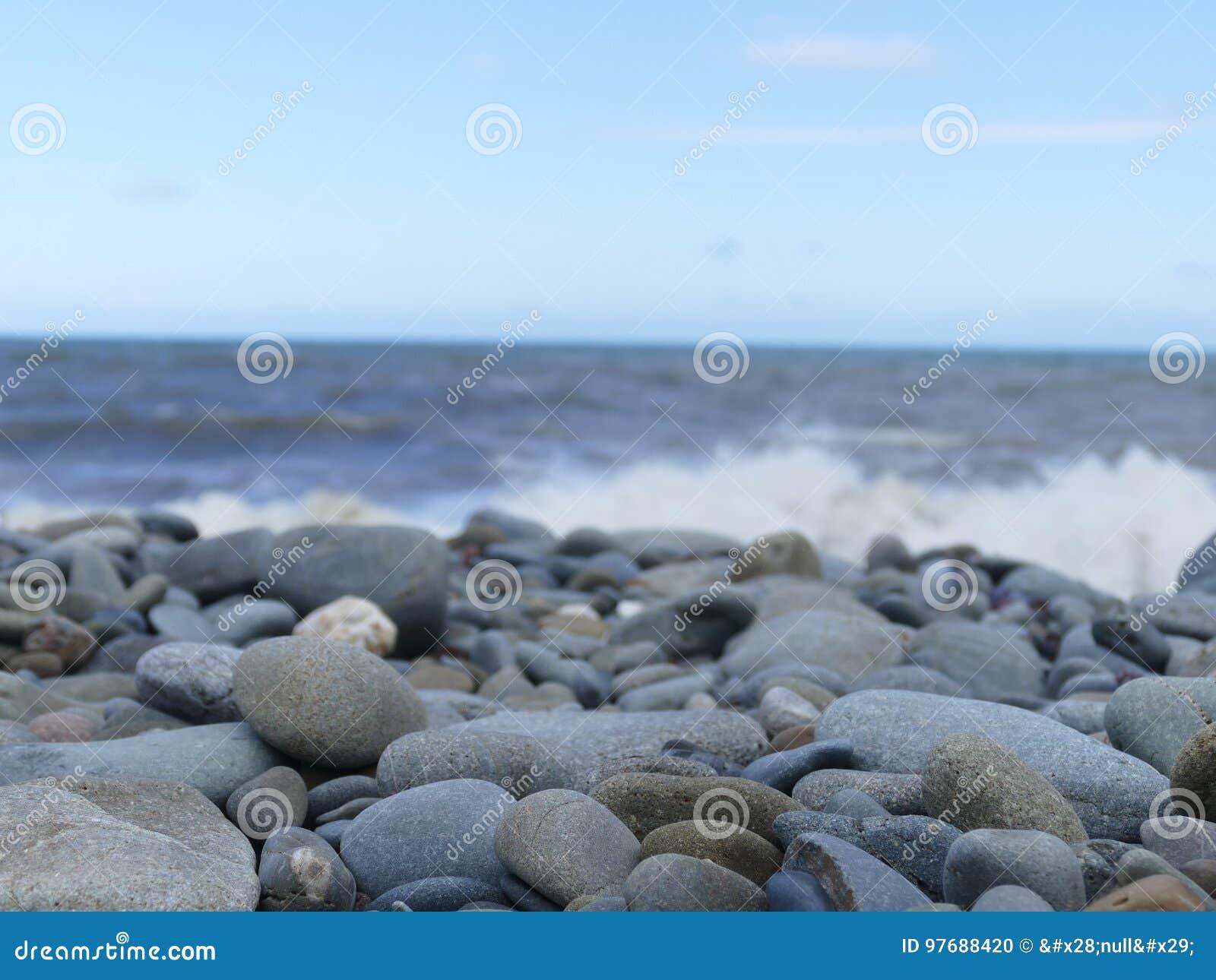 Ciottoli impilati su una spiaggia