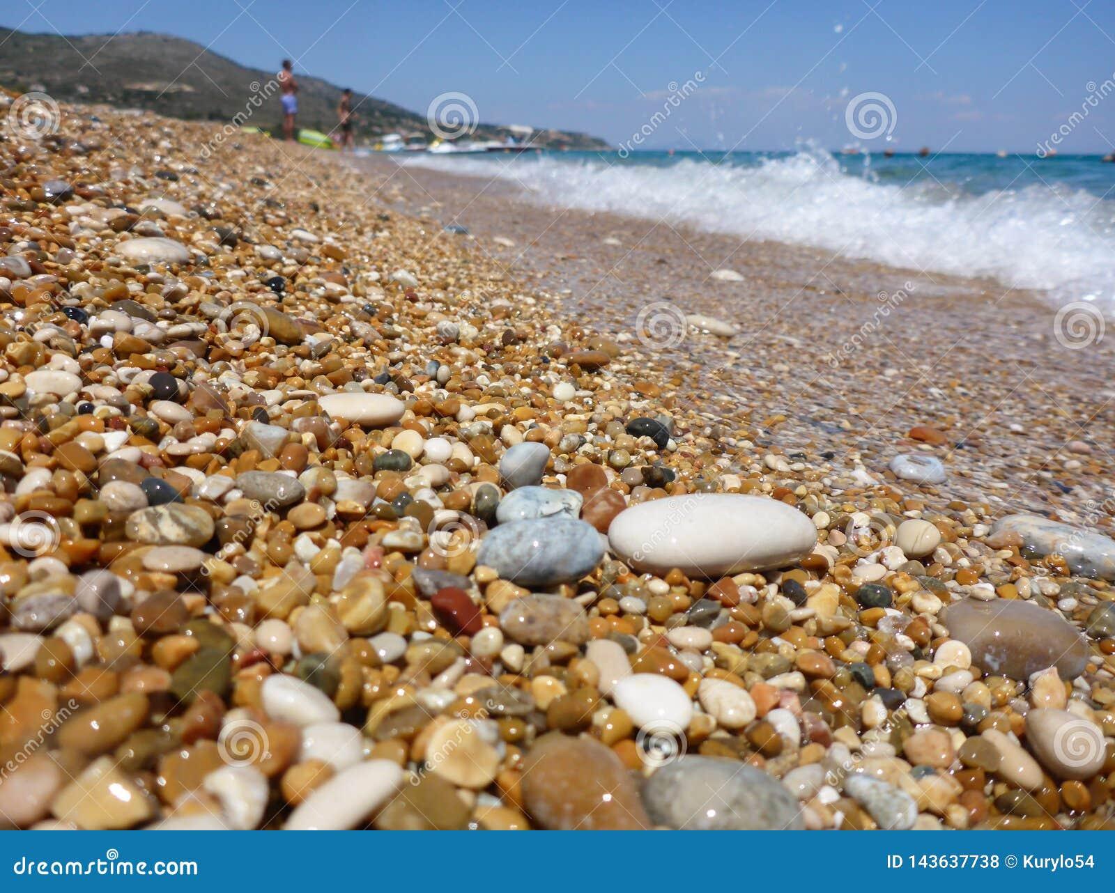 Ciottoli misti con la sabbia di bella spiaggia di Skala, isola di Kefalonia, mare ionico, Grecia