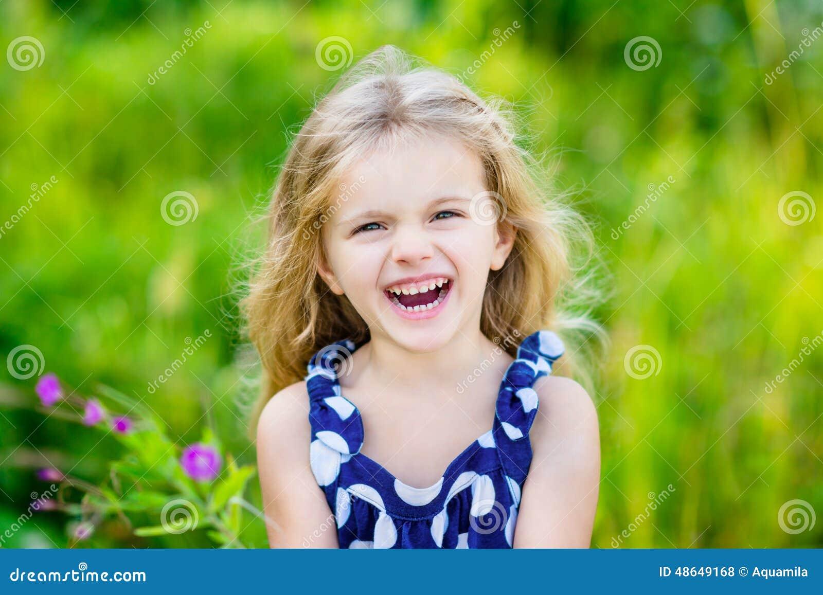 Cipa I Piękna Roześmiana Mała Dziewczynka Z Długim