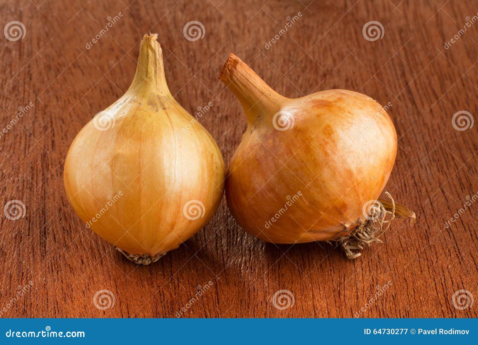 Cipolle mature su fondo di legno