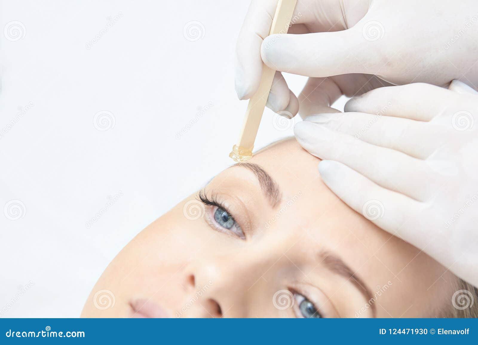 Cirage de la jambe de femme Épilation de sucre epilation de service de laser Procédure d esthéticien de cire de salon