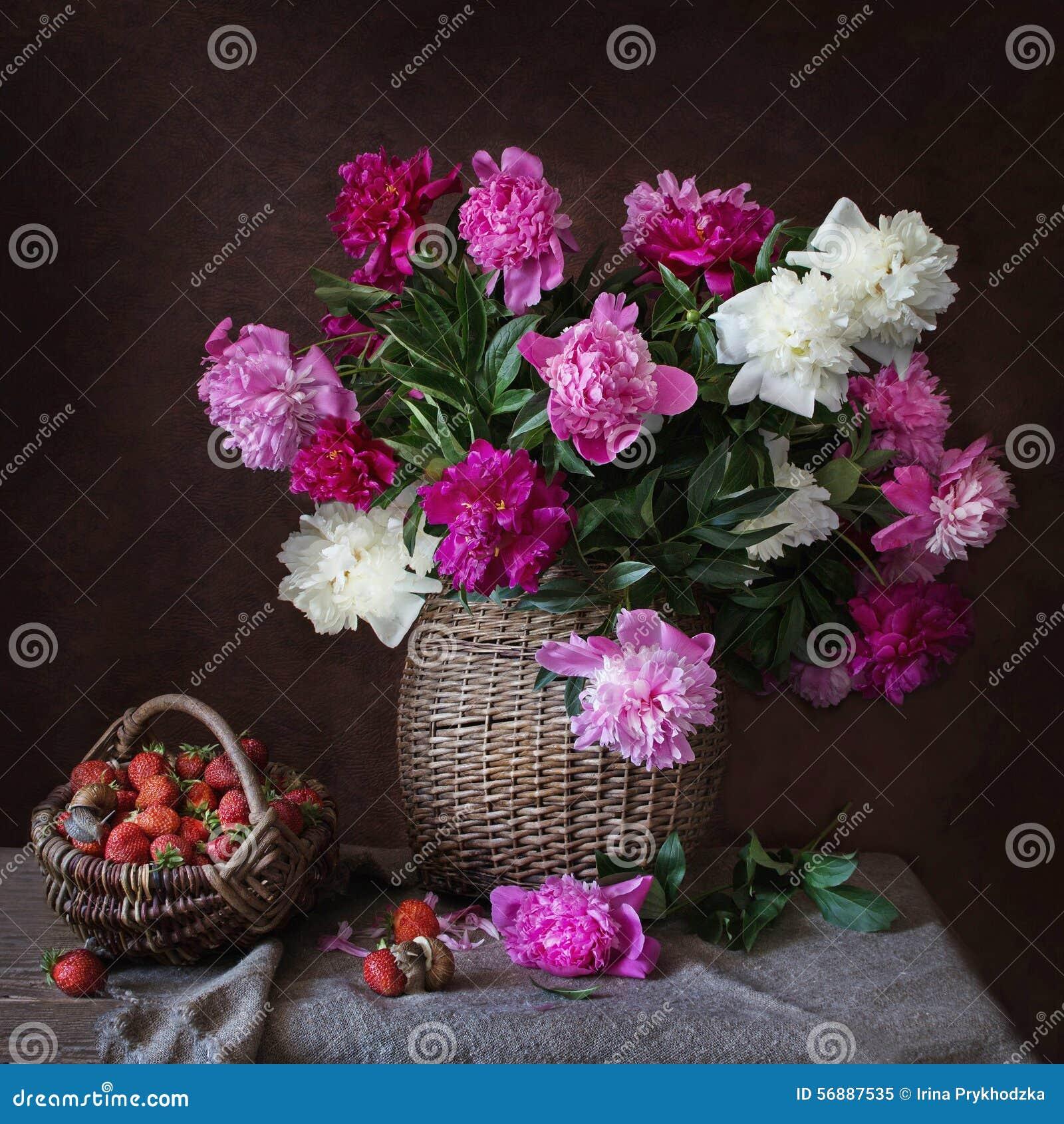 Circa le peonie e le lumache su una fragola