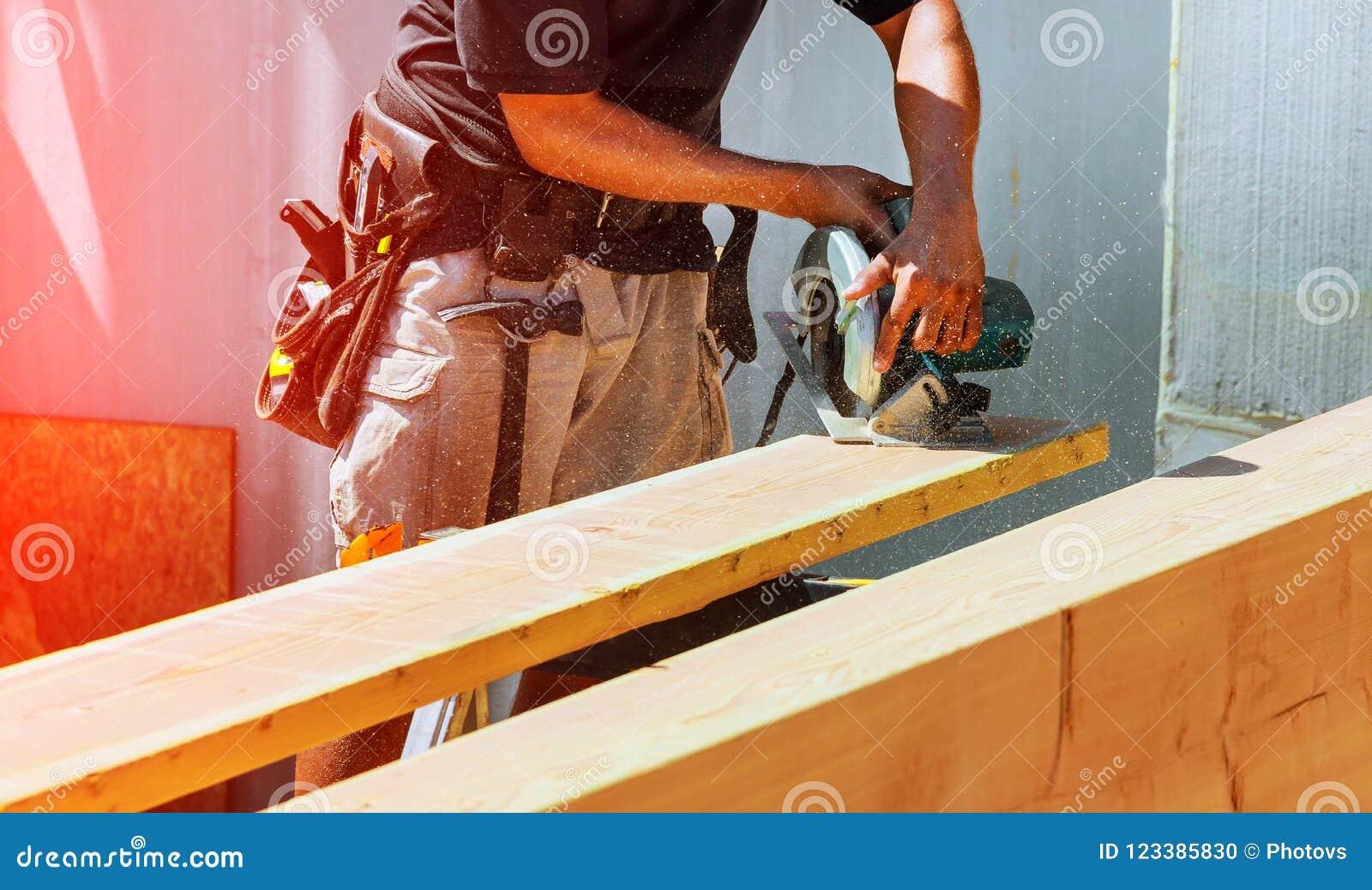 Circolare ha veduto Carpentiere Using Circular Saw per il fascio di legno