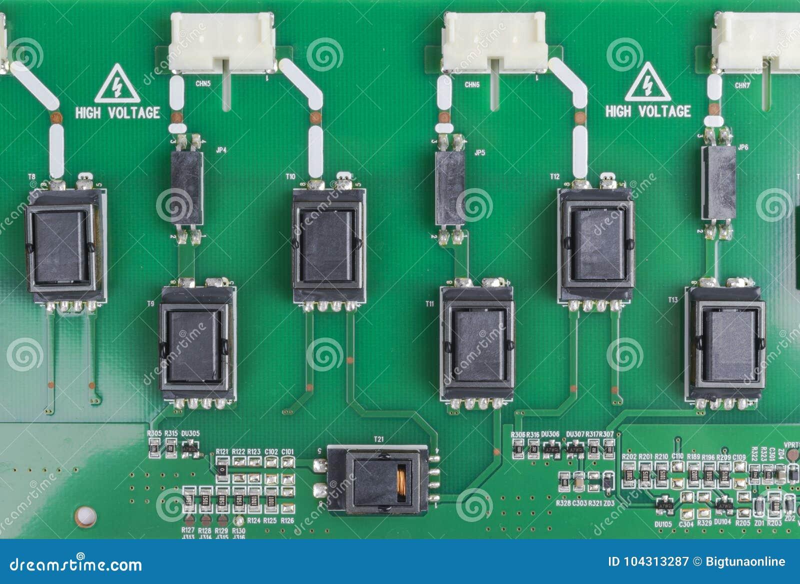 Circuitboard με τους αντιστάτες, τα μικροτσίπ και τα ηλεκτρονικά συστατικά Τεχνολογία υλικού ηλεκτρονικών υπολογιστών Ενσωματωμέν