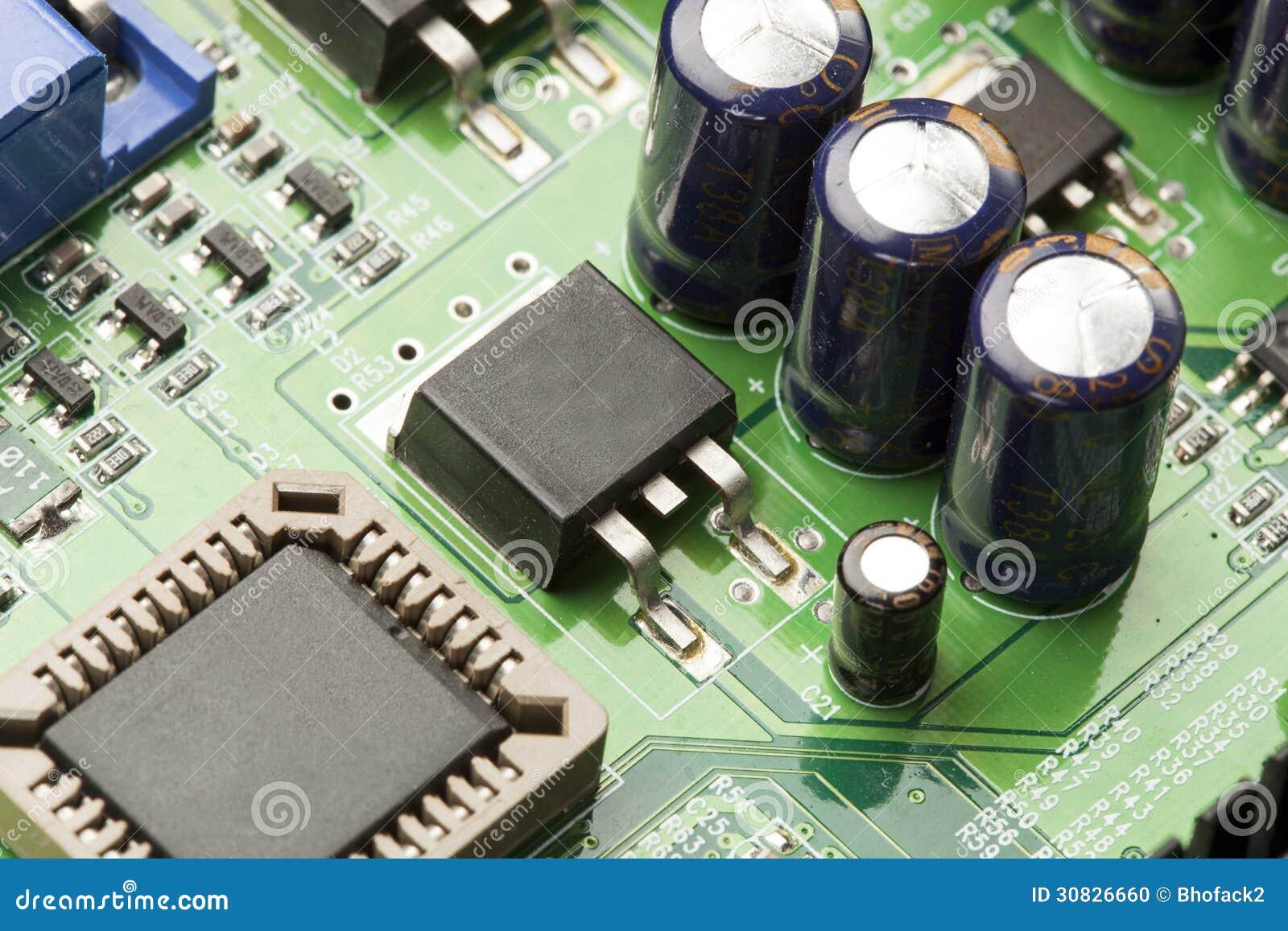 Circuito elettrico verde con i microchip ed i transistor