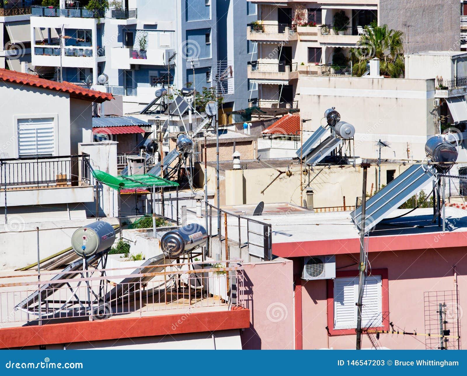 Circuitos de agua calientes solares en las casas de alta densidad de Atenas, Grecia