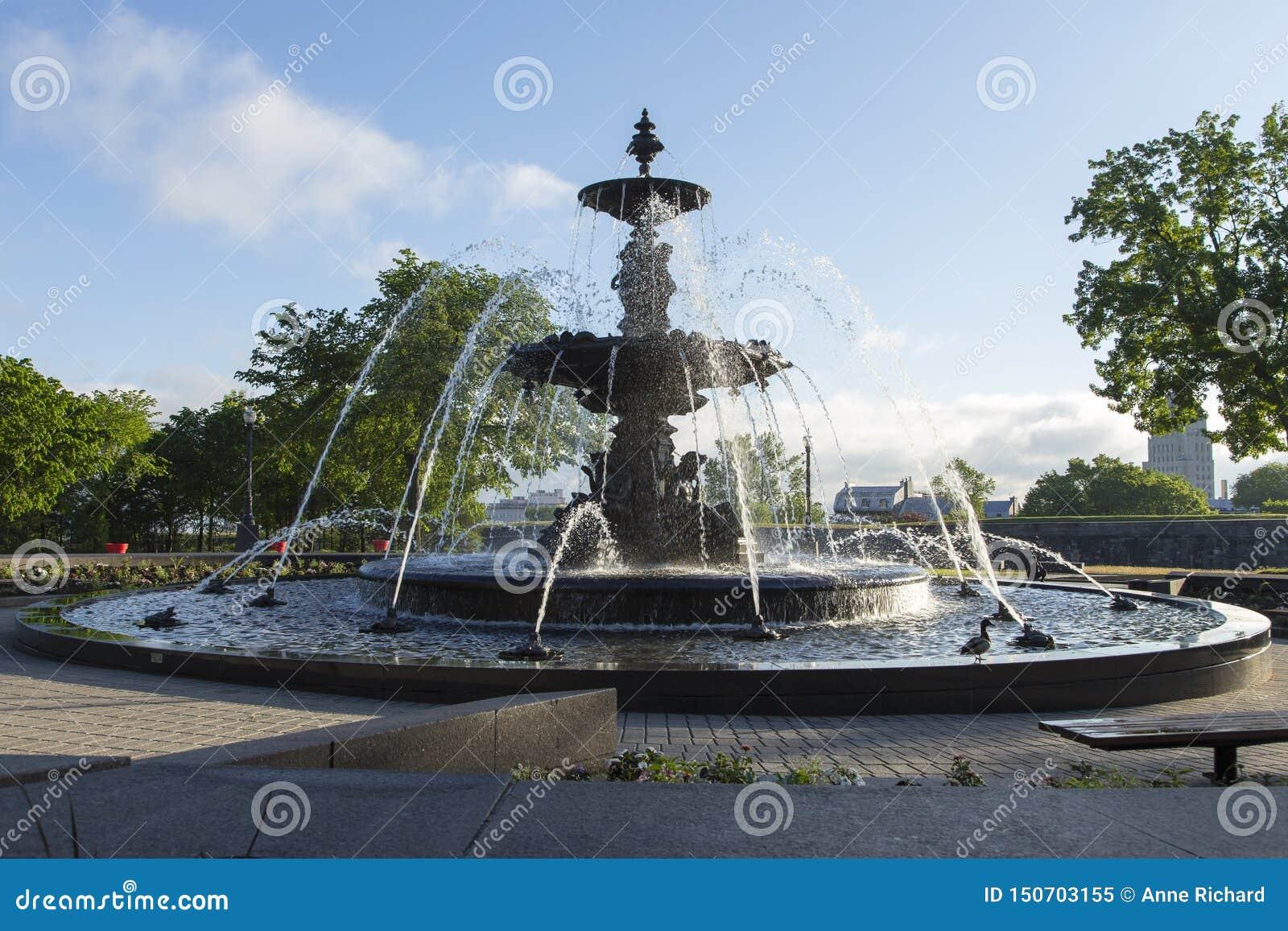 Circulaire élégante Fontaine de Tourny de style français de moitié du 19ème siècle sur la colline du Parlement