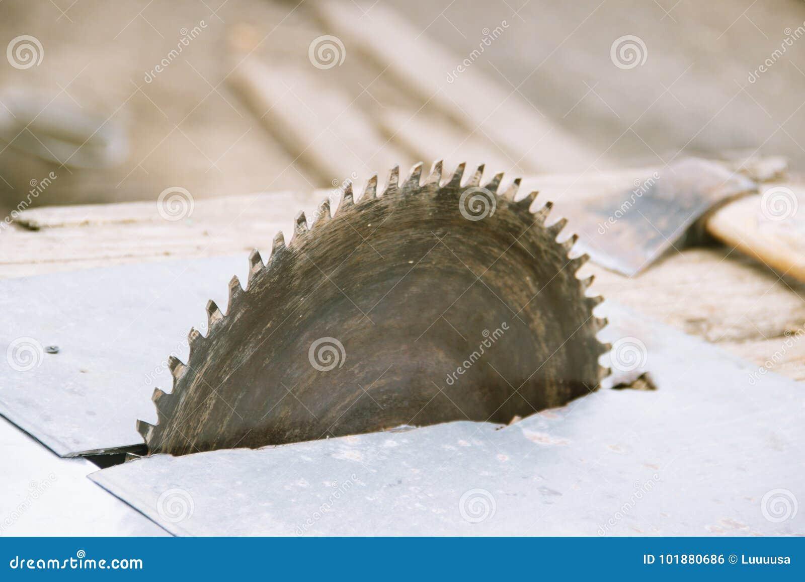 A circular velha viu carpentry Fundo da madeira e do machado