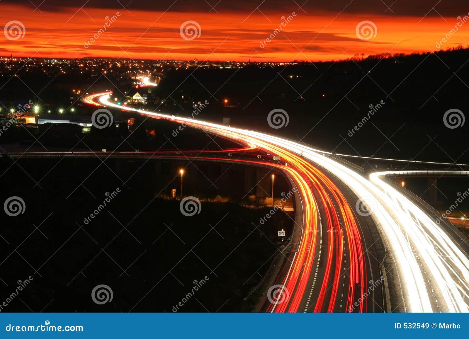 Circulation routière de nuit.