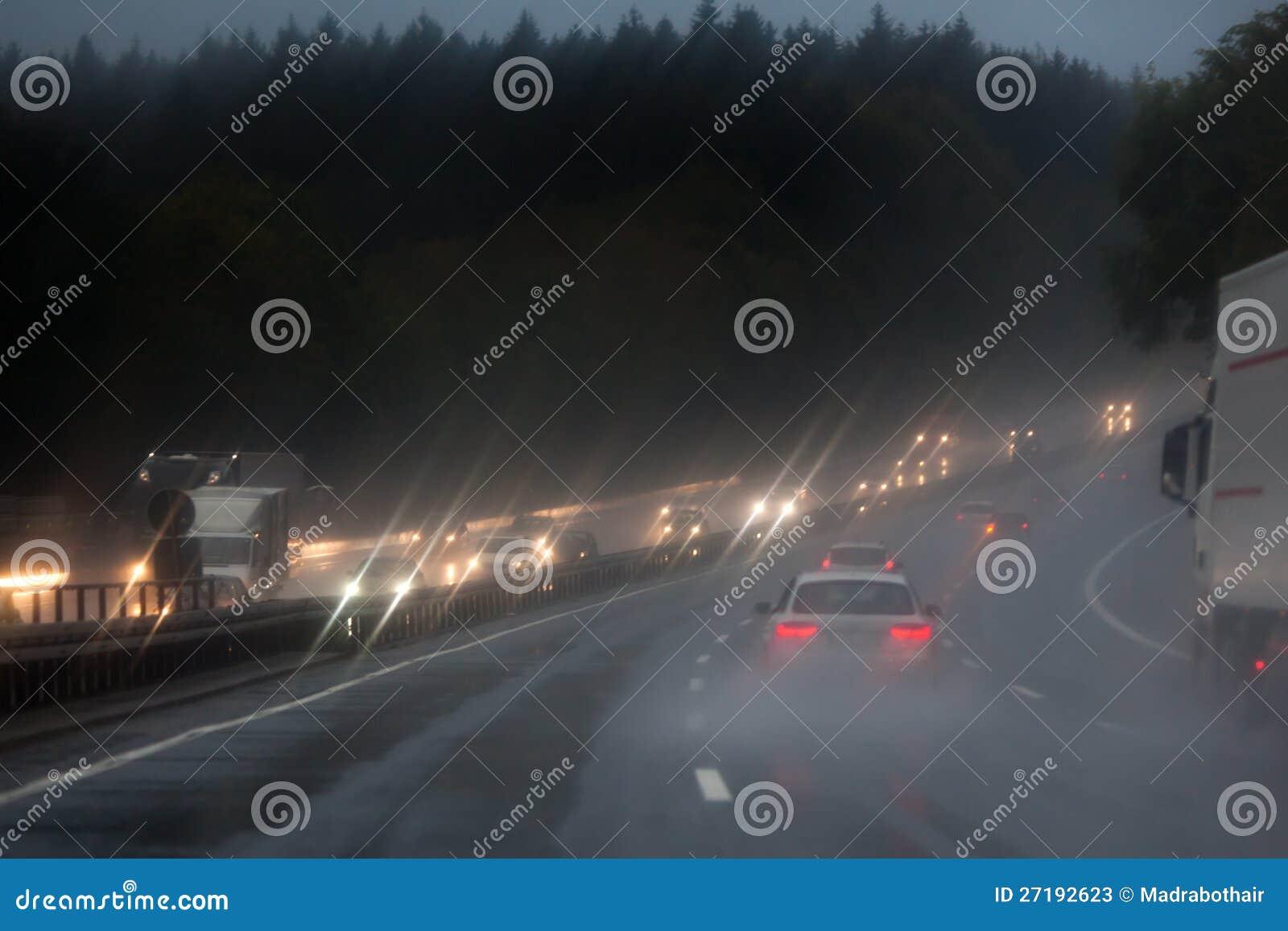 Circulation sur l autoroute pluvieuse
