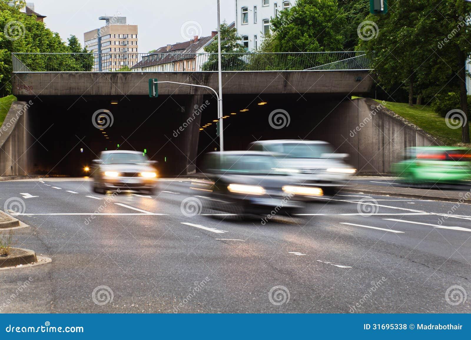 Circulation urbaine avec des voitures dans la tache floue de mouvement