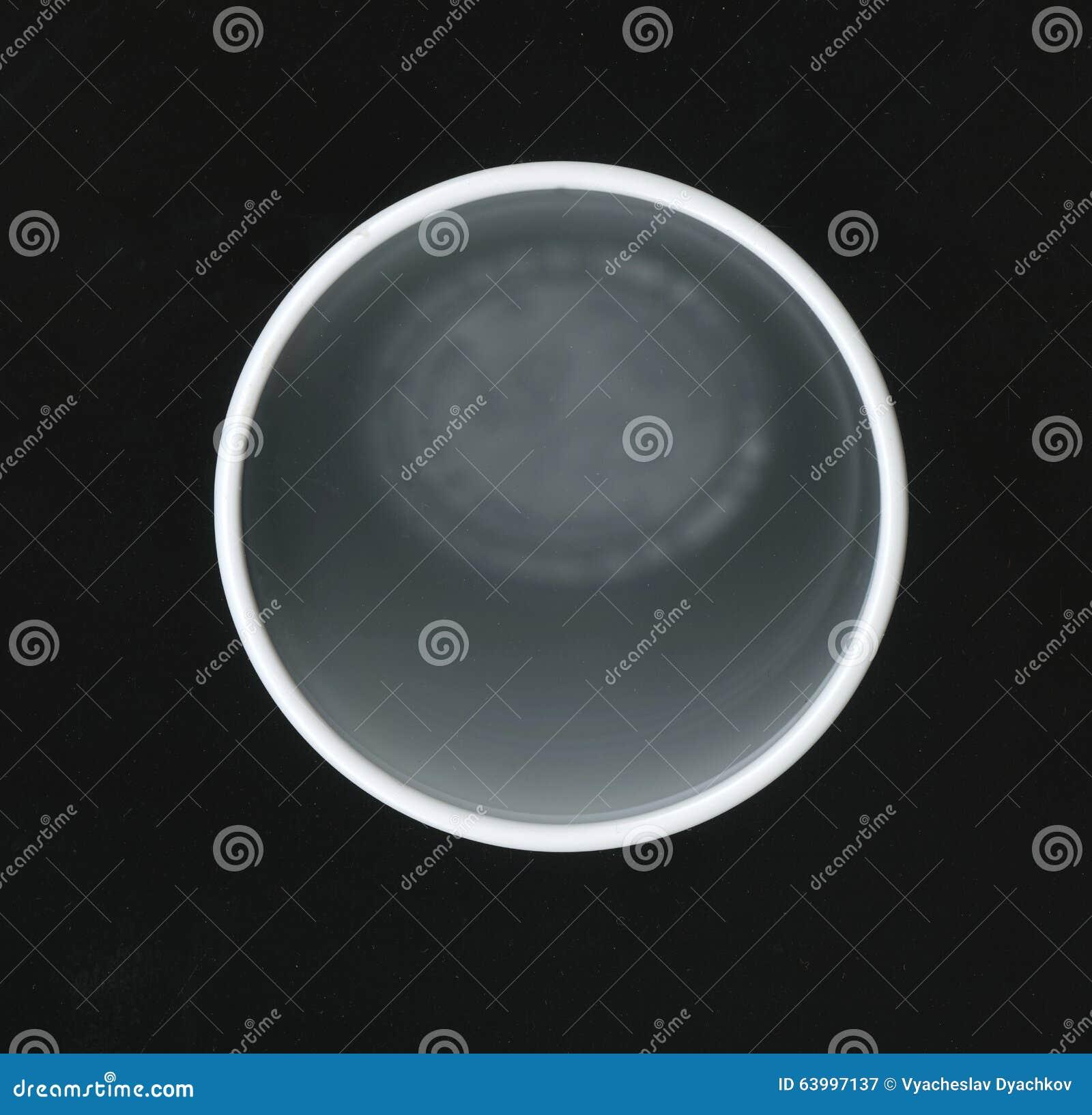 Circunferência do pescoço do copo plástico branco em um fundo preto