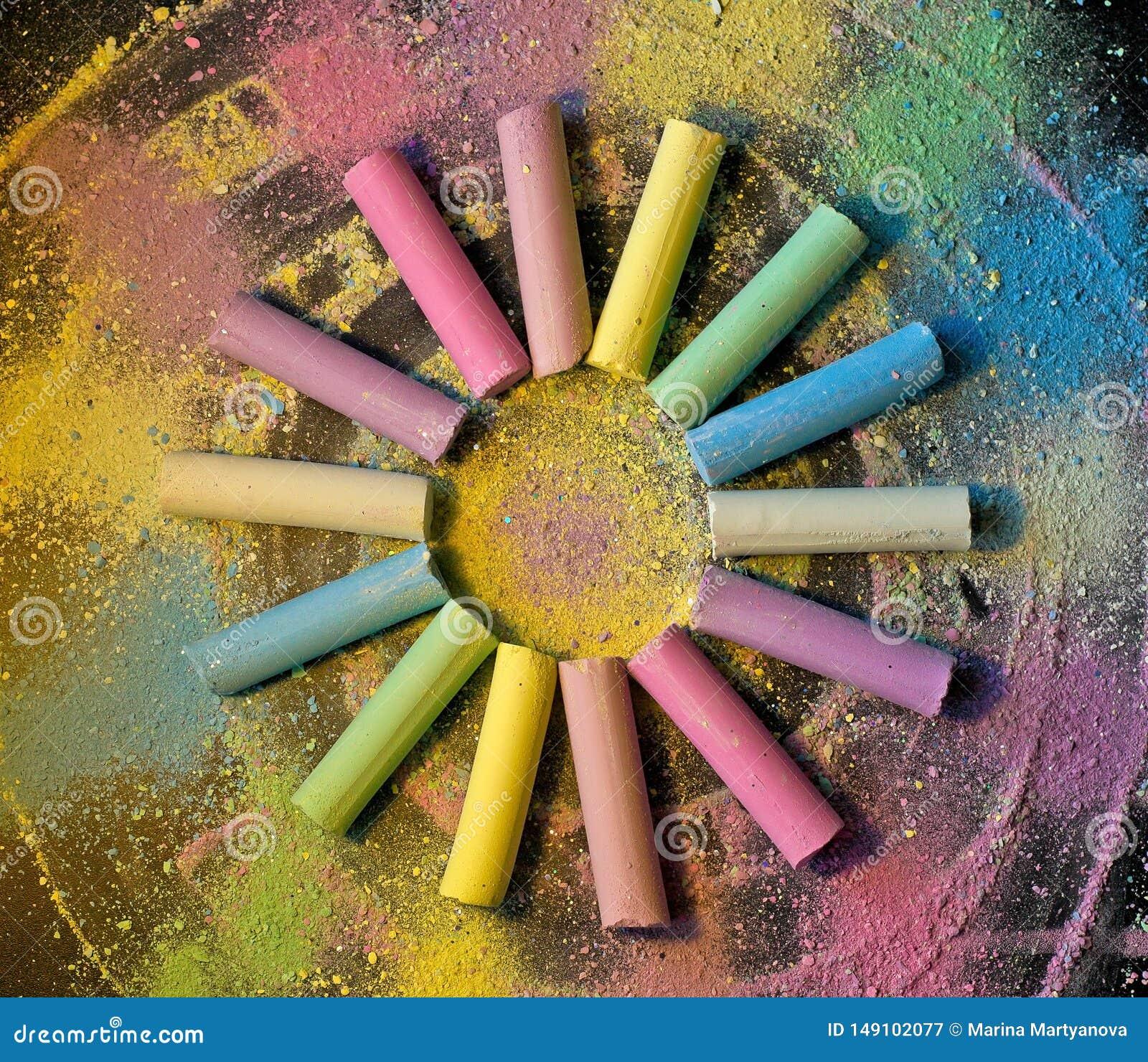 Cirkel van kleurrijk krijt op gekleurde achtergrond