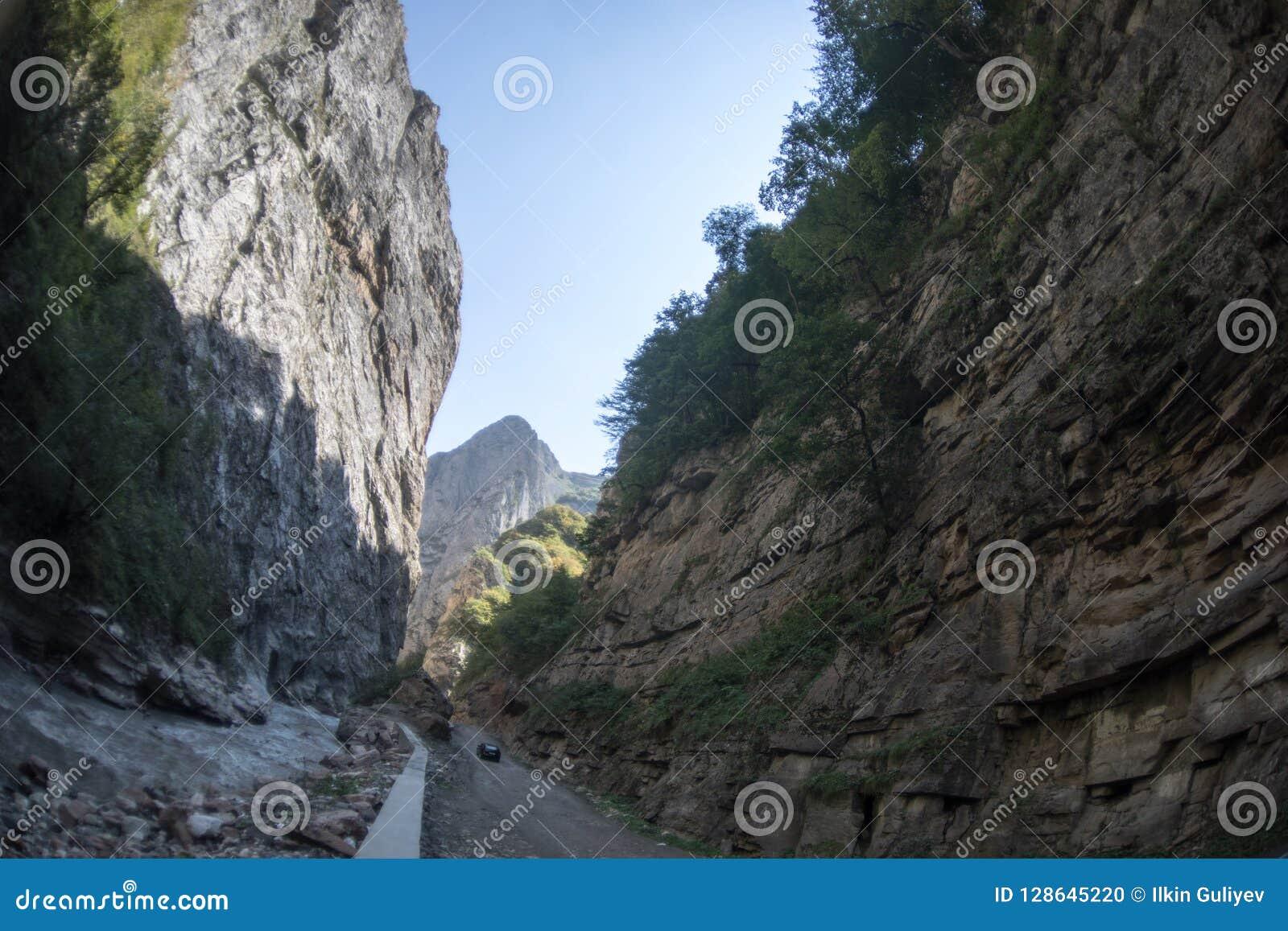 Cirkelende bergweg Nevelige bergweg in hooggebergte Bewolkte hemel met bergweg zomer