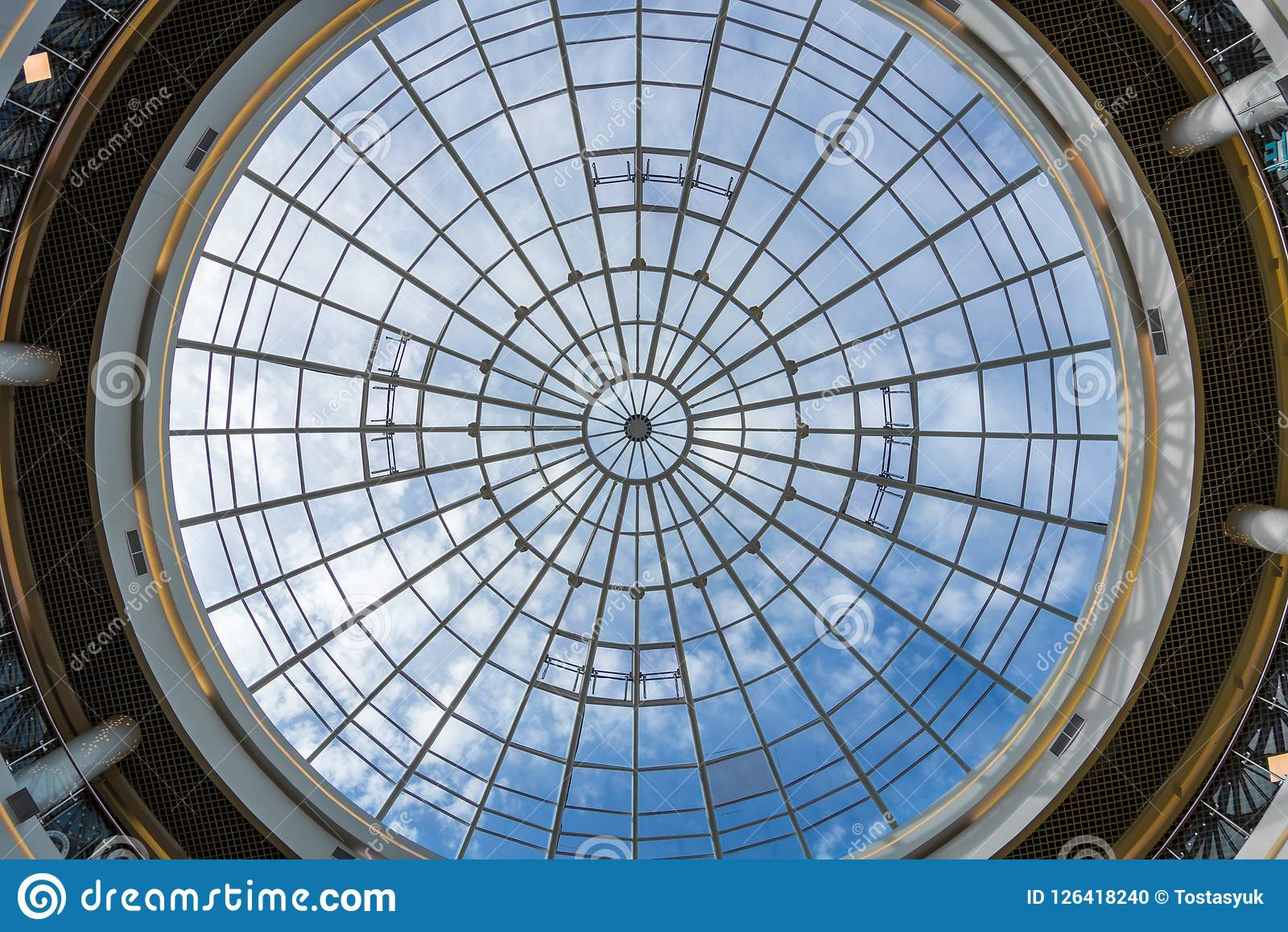 Cirkelfönster på taket av shoppinggallerian