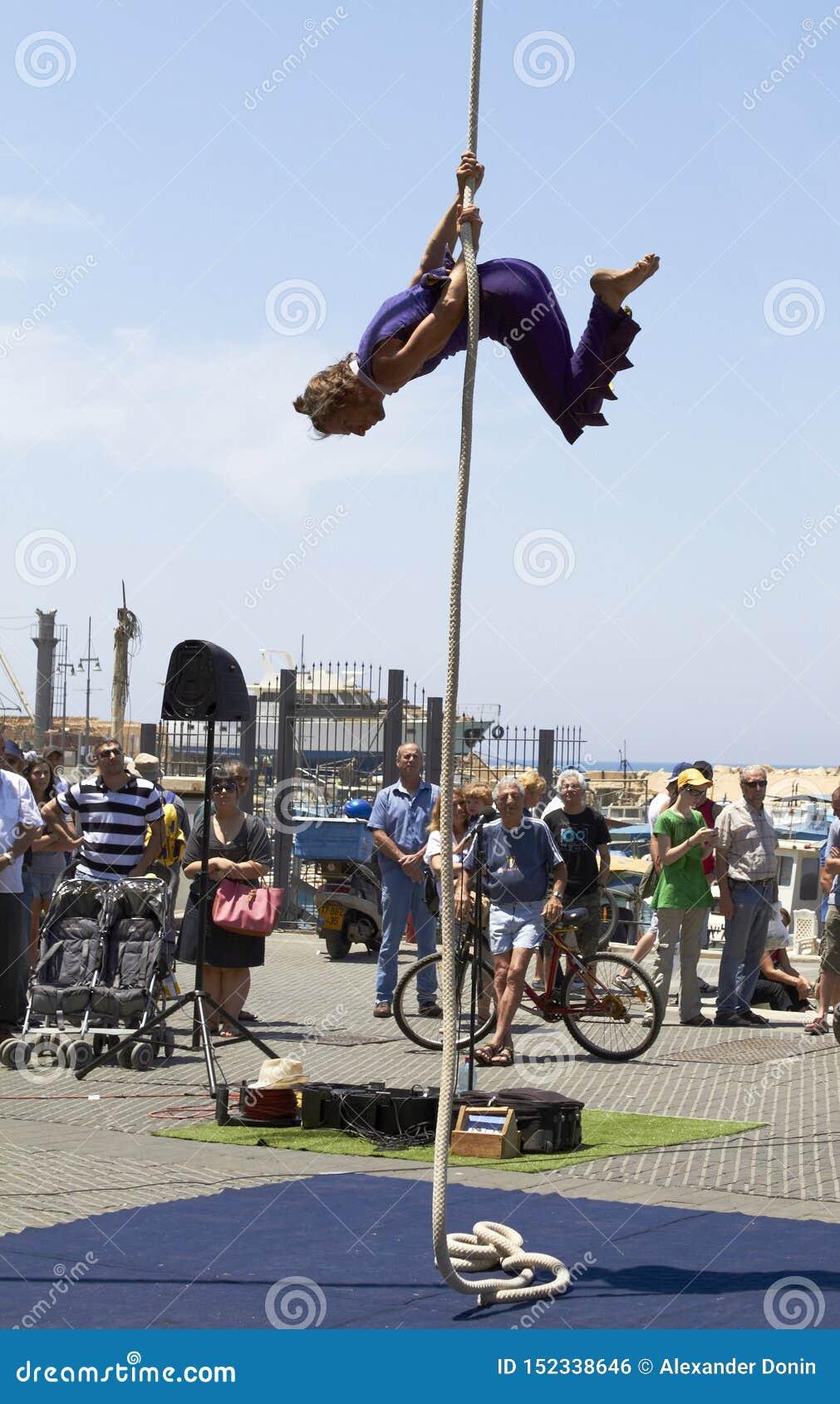 Cirque de rue, acrobate de corde