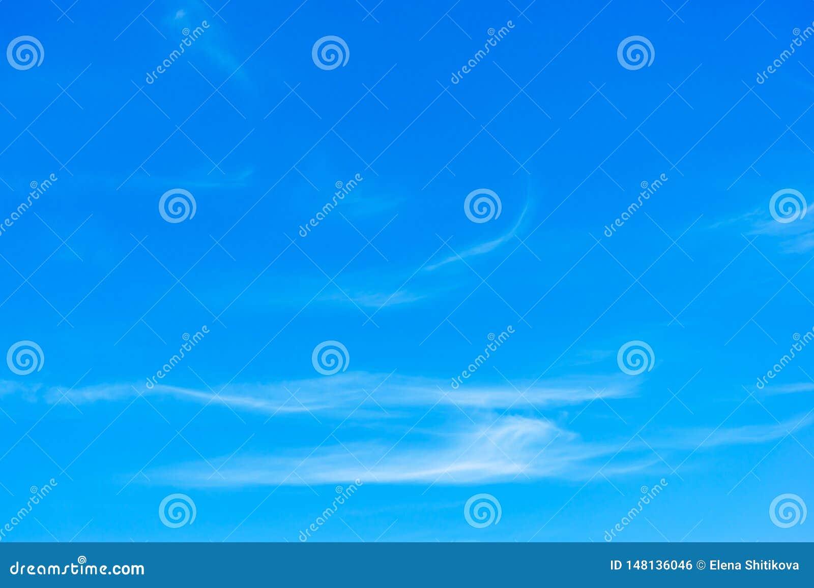 Cirrus l?gers contre le ciel bleu