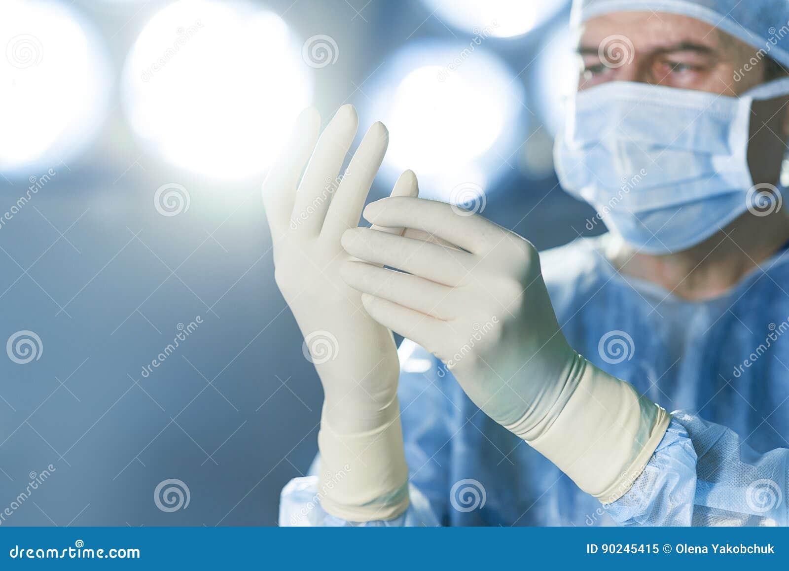 Cirujano concentrado vestido en uniforme protector