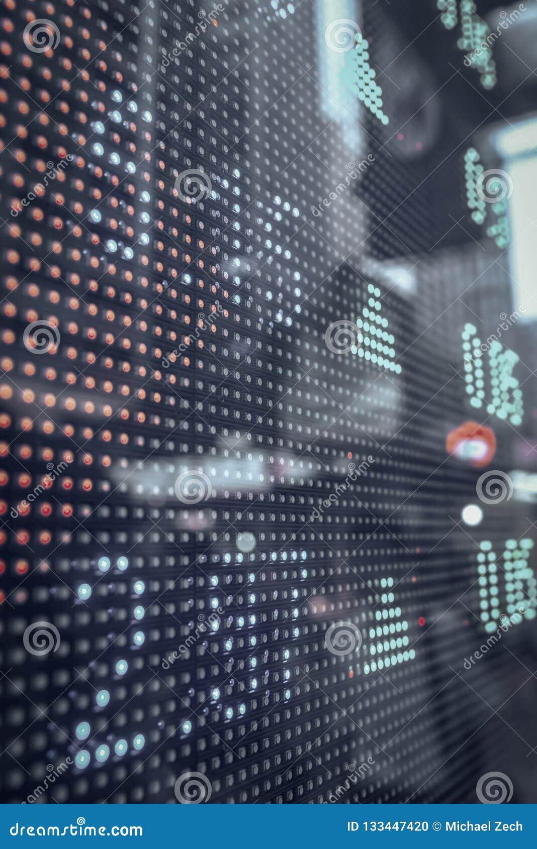 Citações do mercado de valores de ação que indicam em uma tela grande