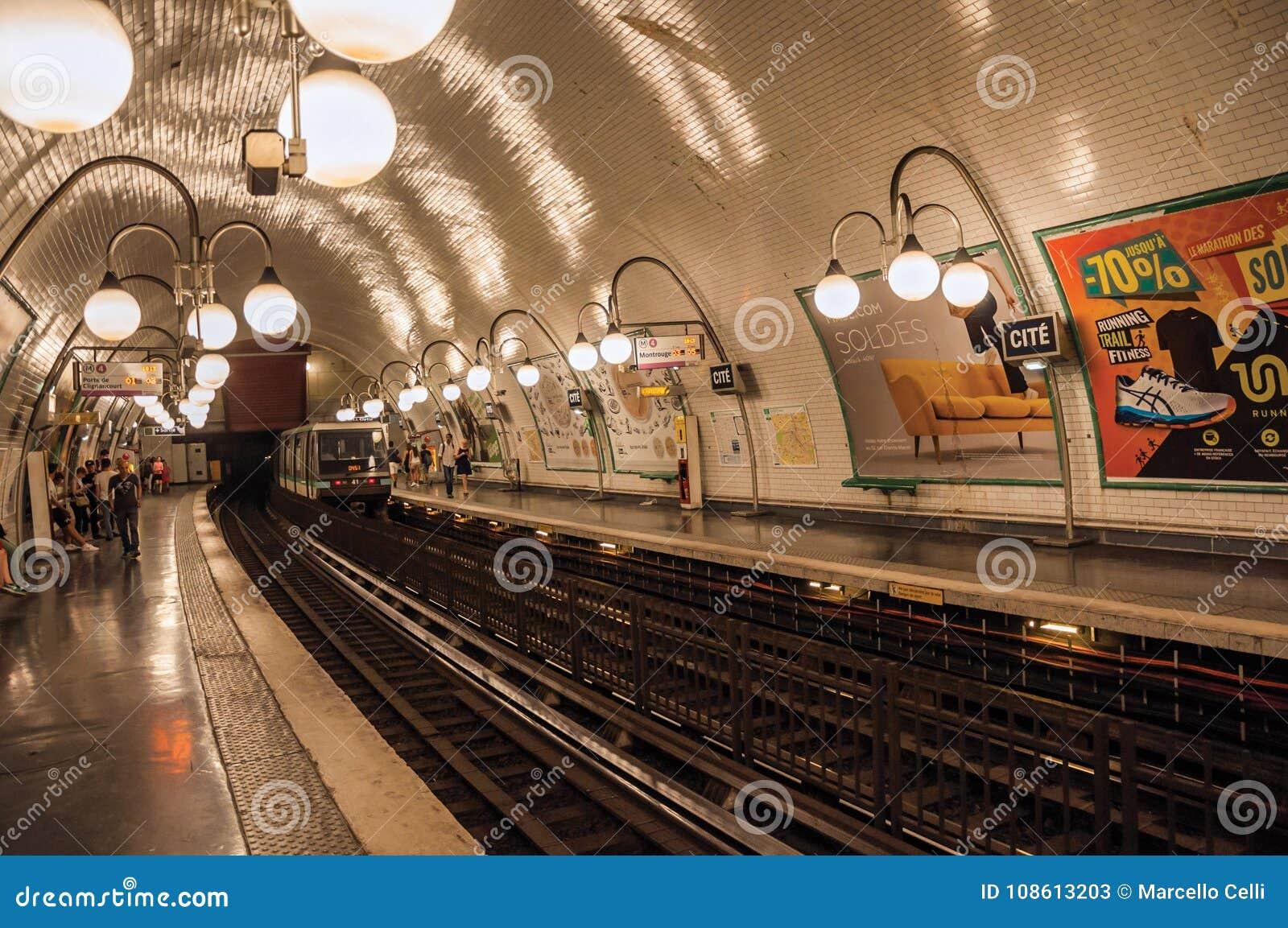 Citi il binario della stazione della metropolitana con il treno e