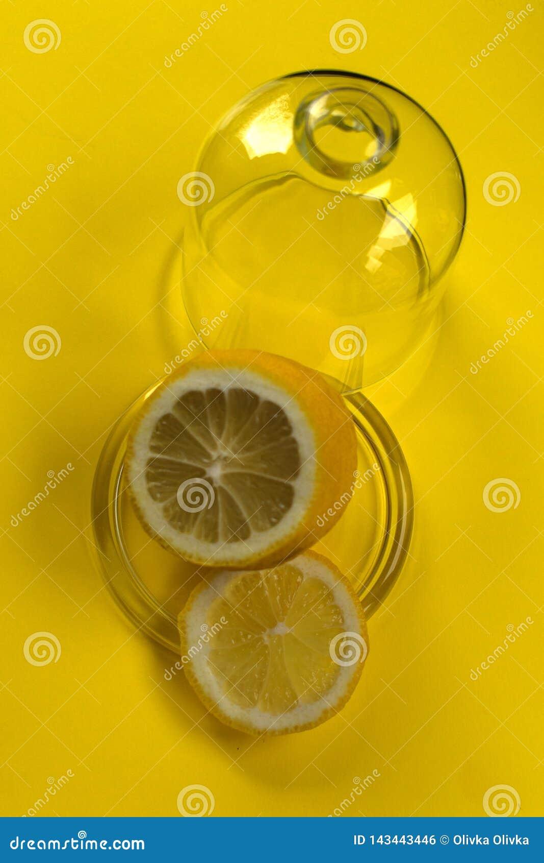 Citroen in glaslimnitsa op gele achtergrond