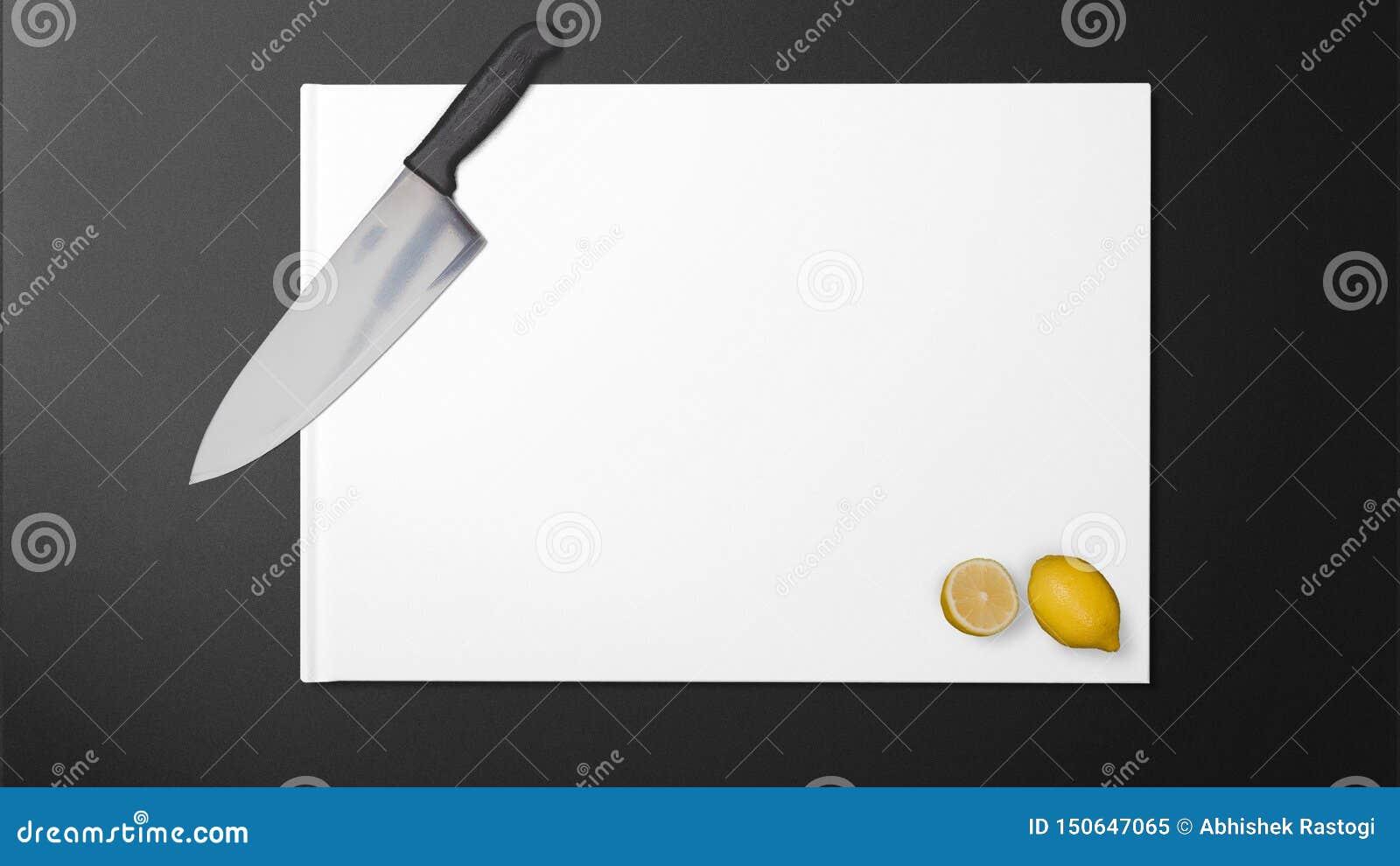 Citron coupé avec le couteau pointu dans la cuisine