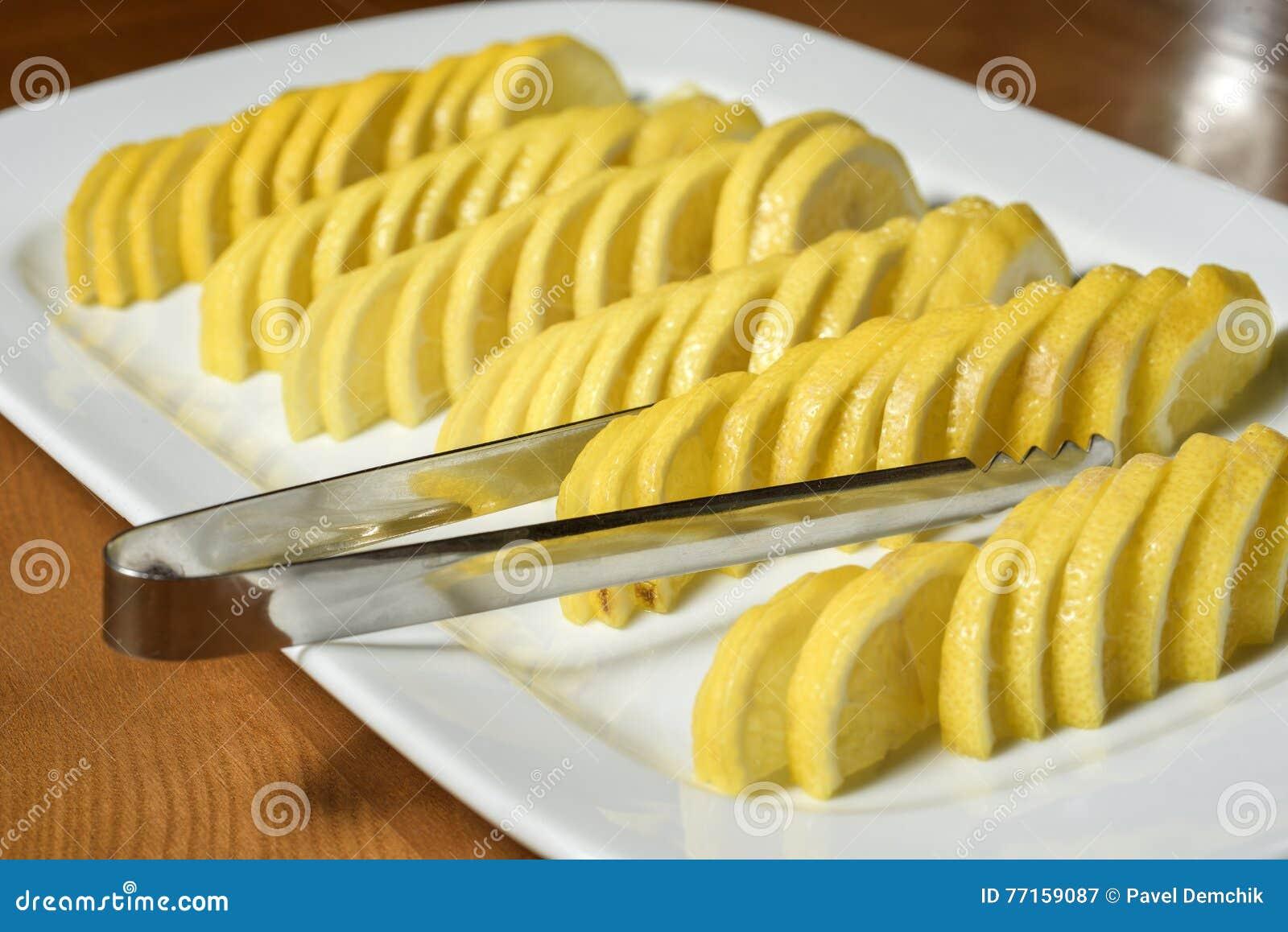 Citron coupé en tranches du plat blanc