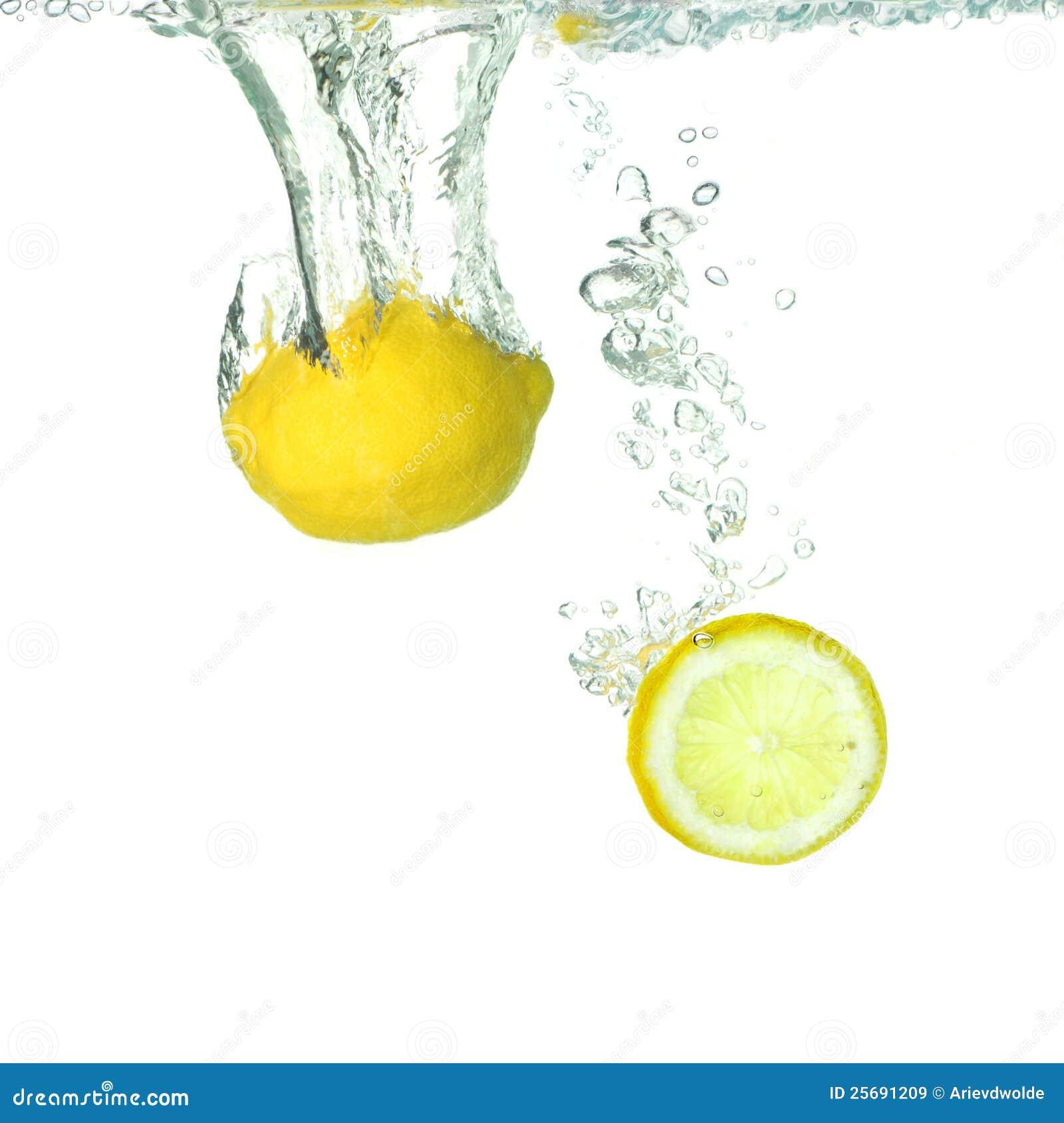 Citron et un citron de part tombant dans l eau